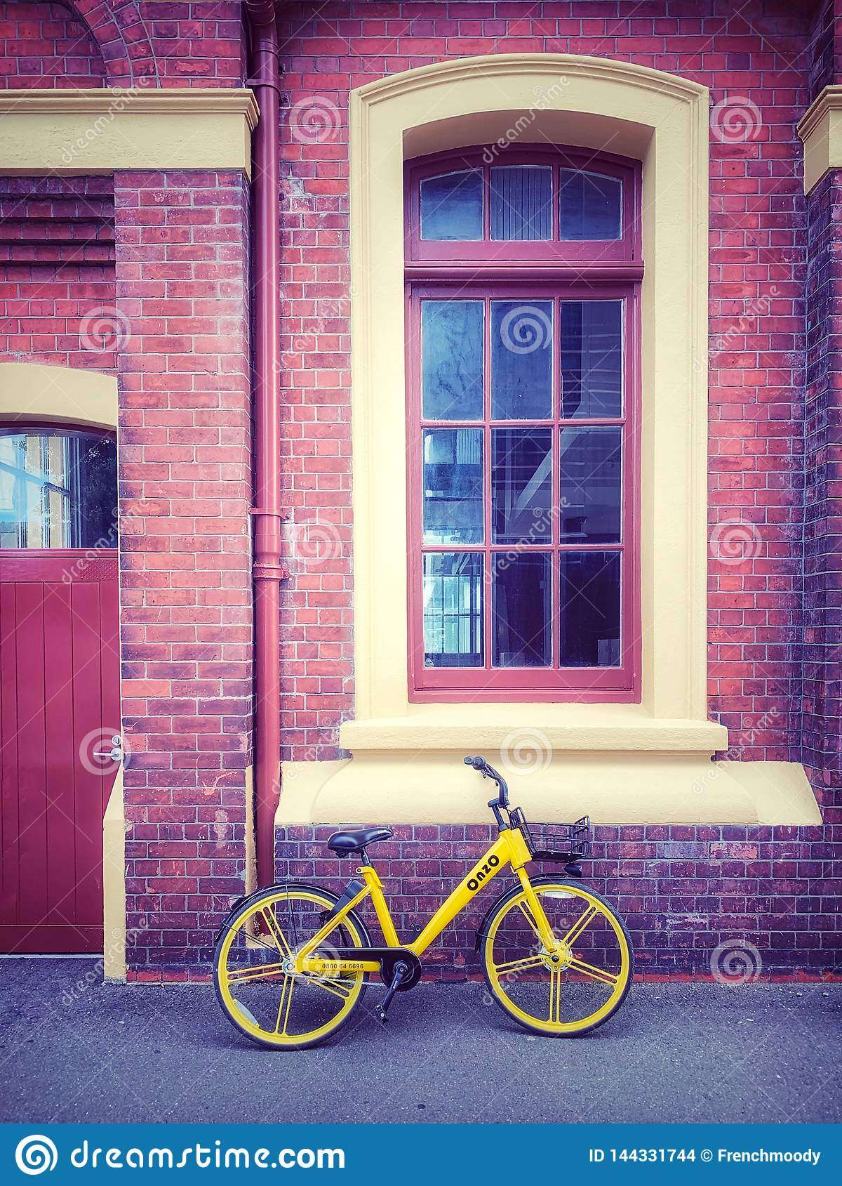 Gul cykel- och tegelstenbyggnad