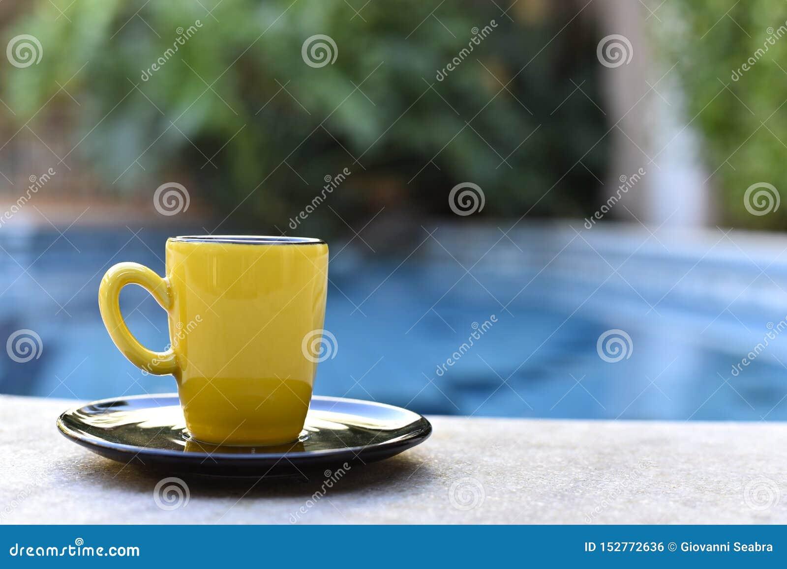 Gul kaffeböna vid pölen