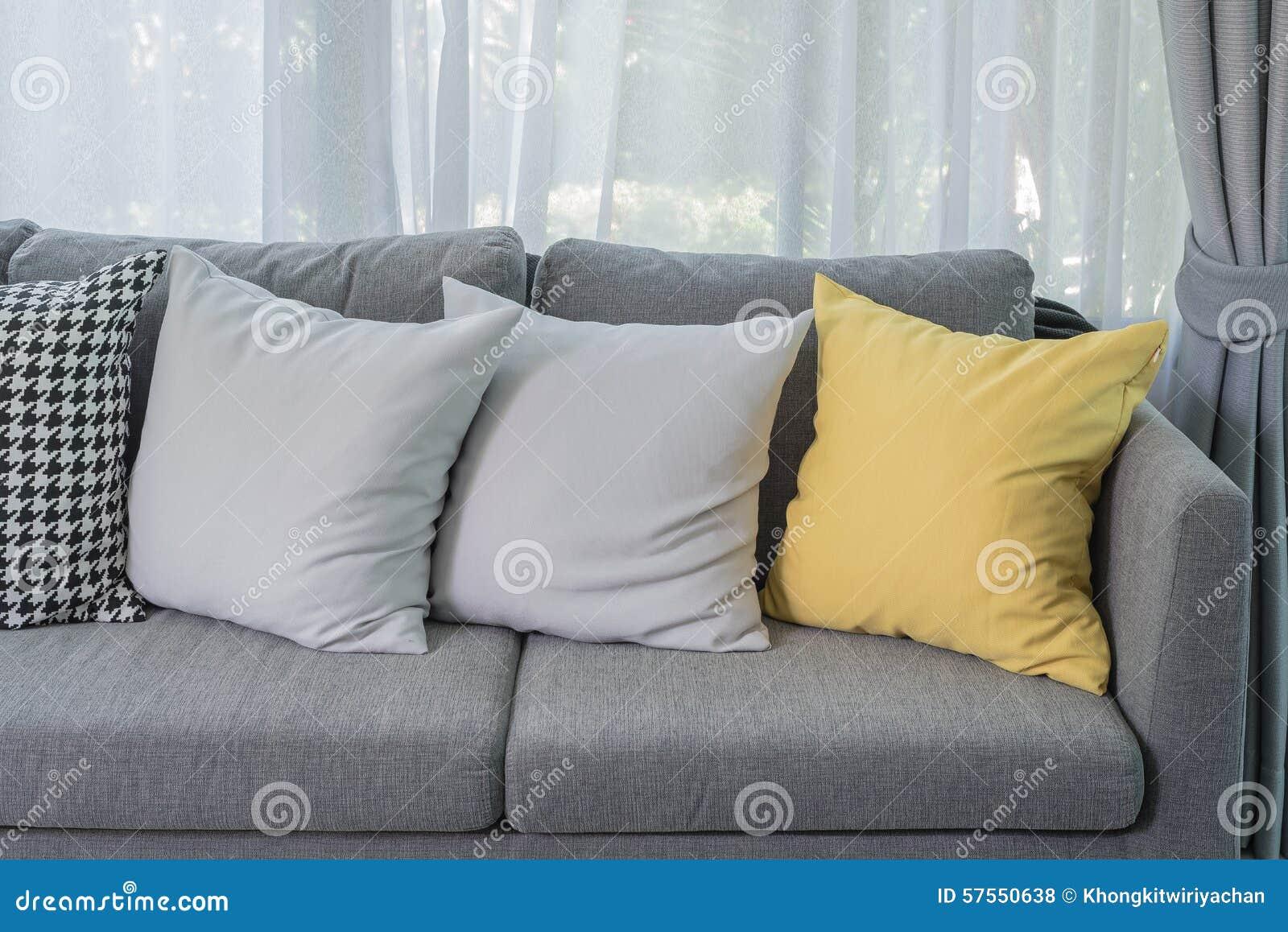 Gul kudde på den gråa soffan i modern vardagsrum arkivfoto   bild ...