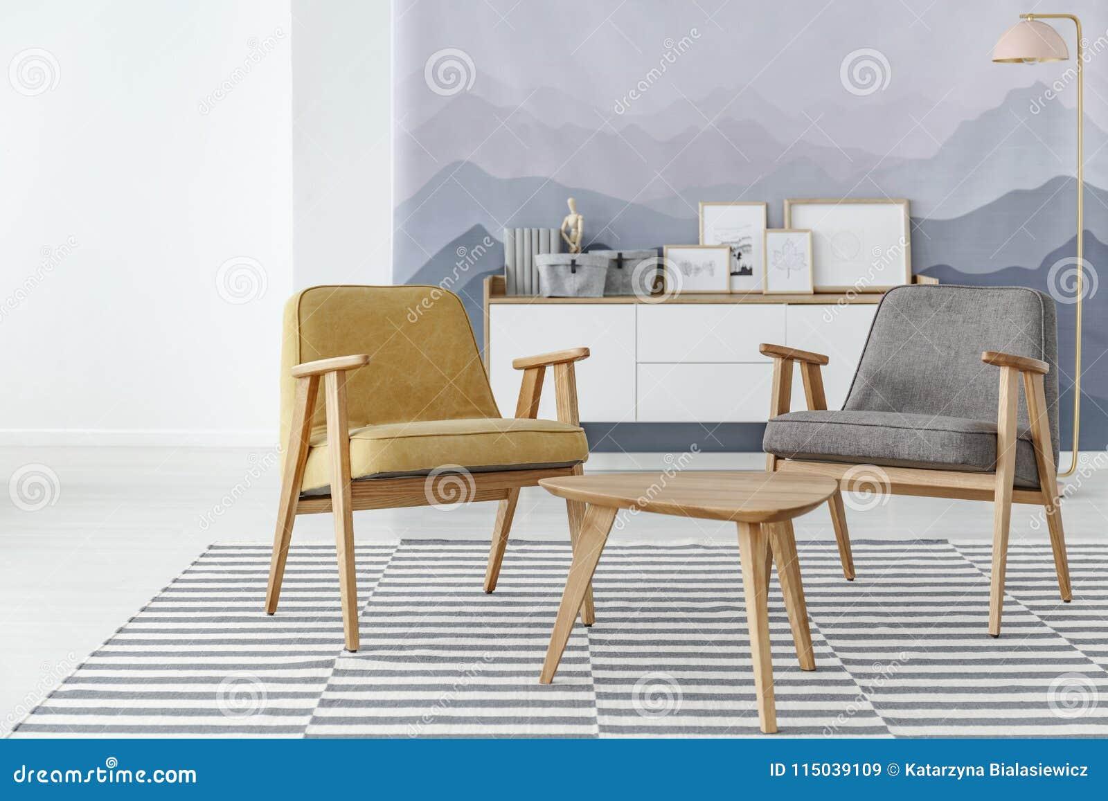 Gul och grå vardagsrum