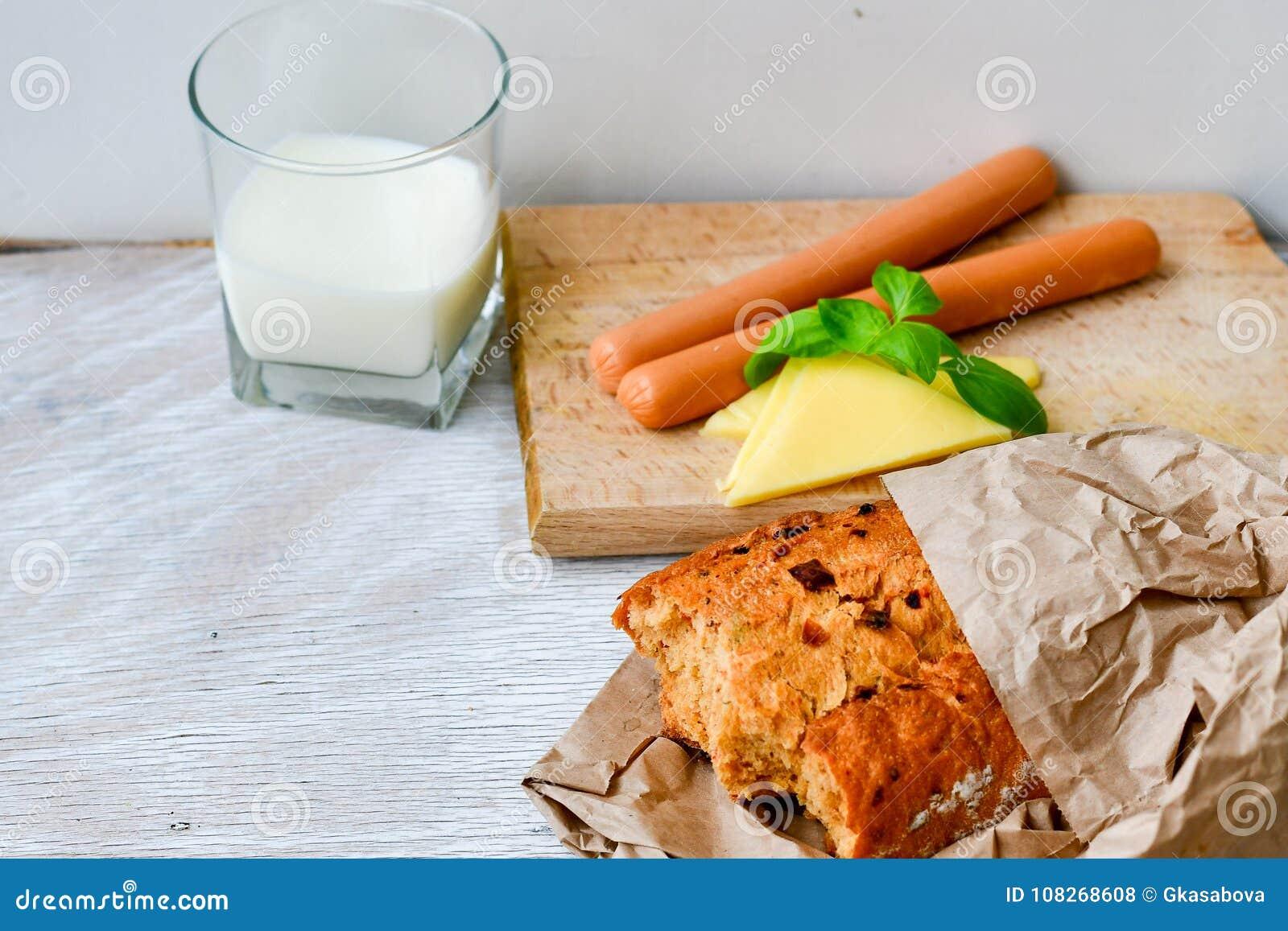 Gul ost, mjölkar, bröd och korvar
