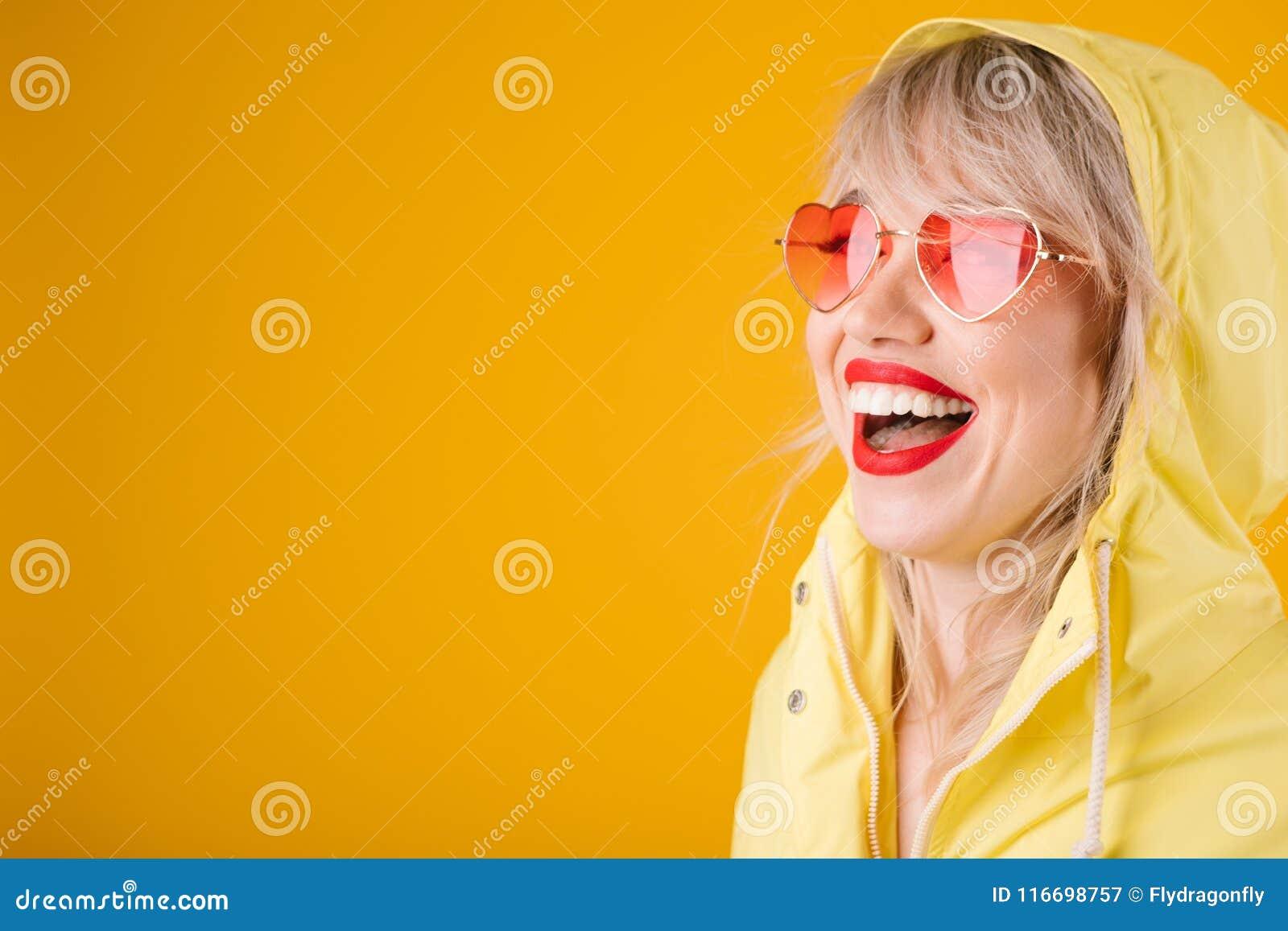 Gul Regnrock Den Lyckliga Skratta Kvinnan På Rosa Hjärta För