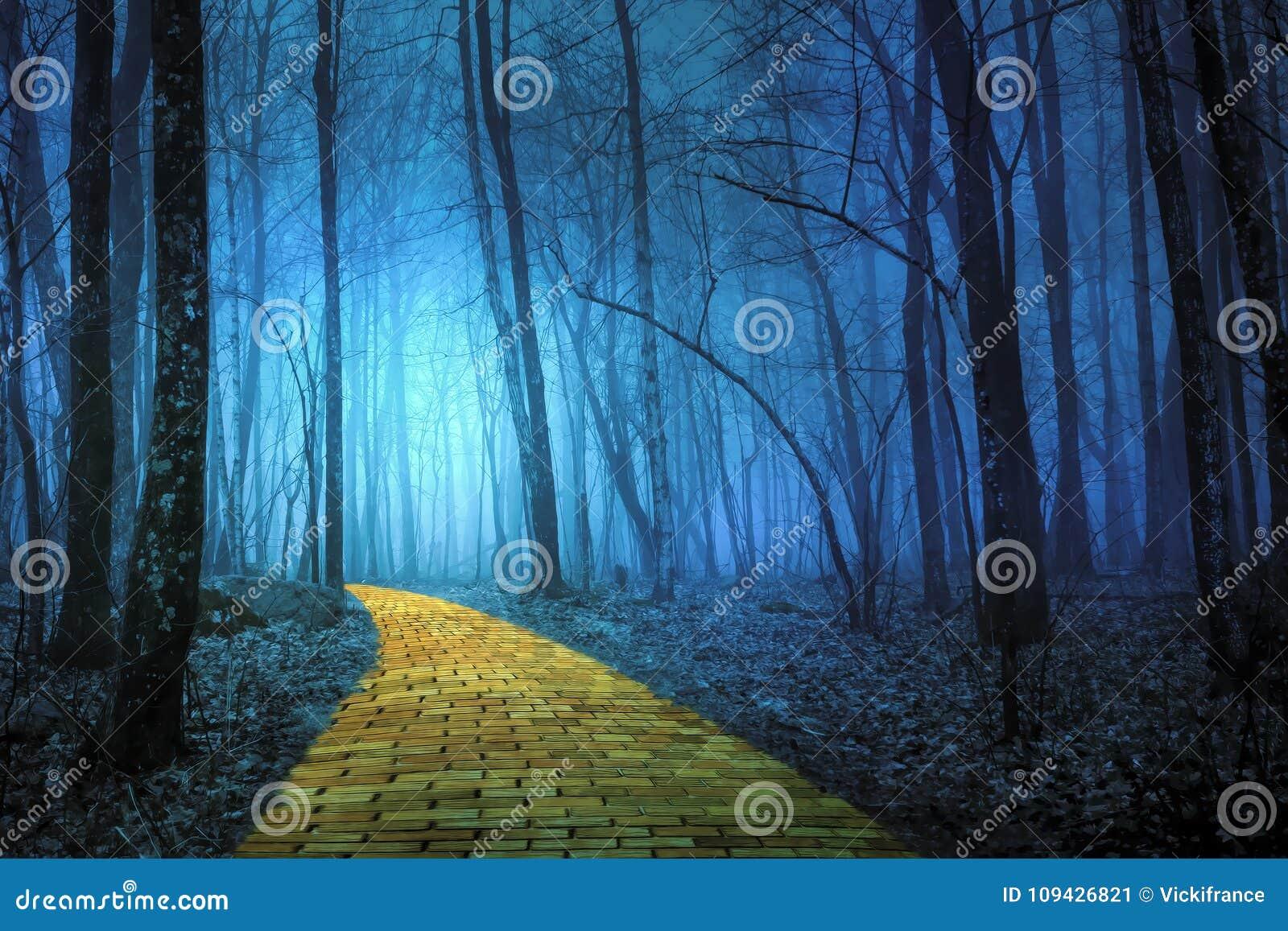 Gul tegelstenväg som leder till och med en spöklik skog