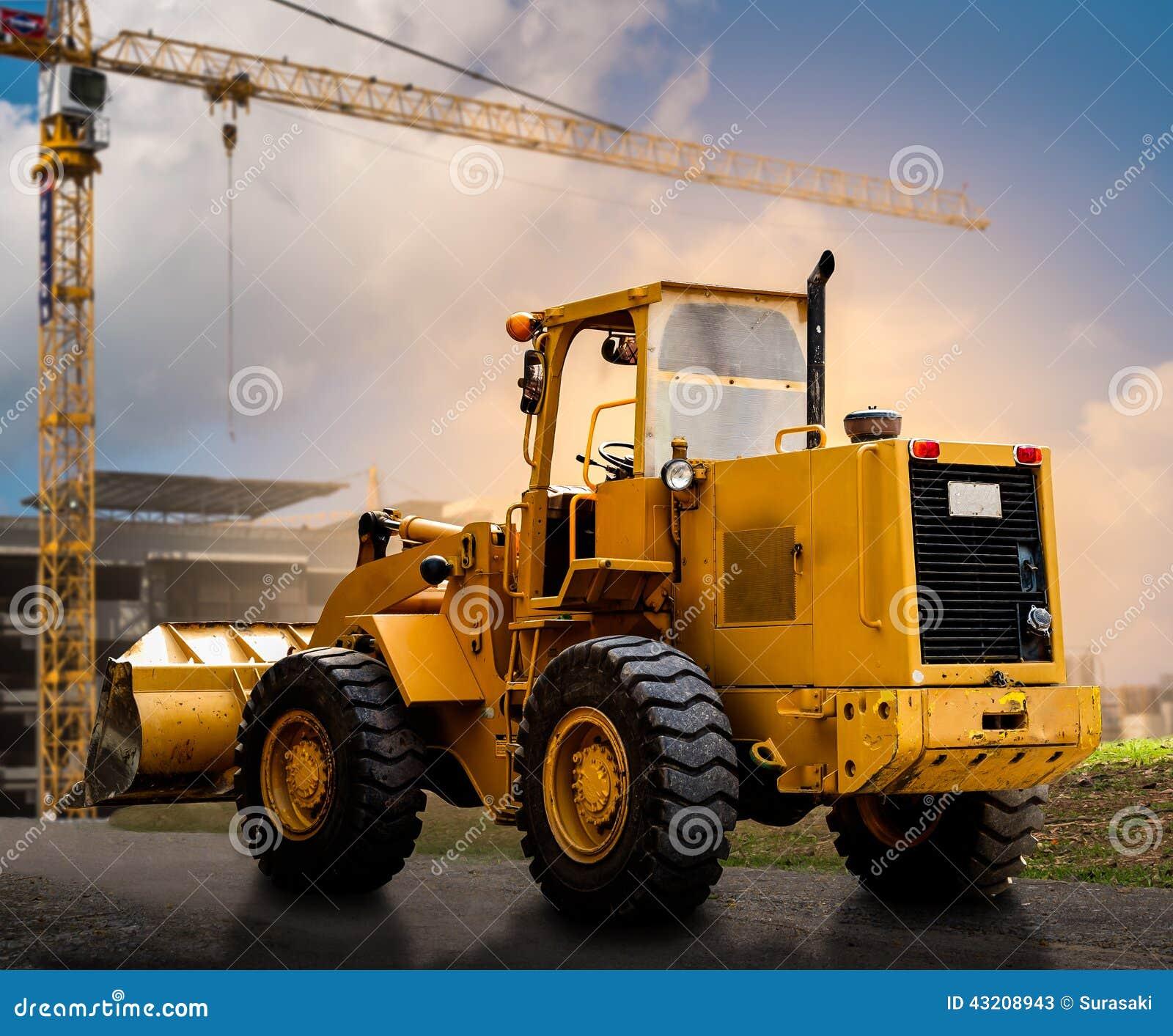 Download Gul traktor på vägen fotografering för bildbyråer. Bild av hydraulik - 43208943
