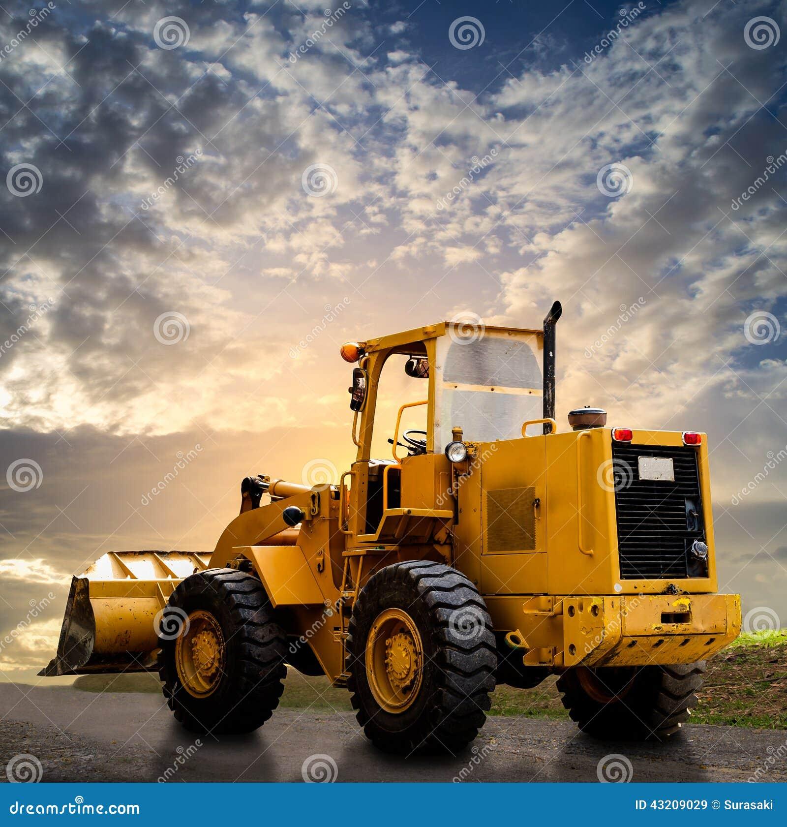 Download Gul traktor på vägen fotografering för bildbyråer. Bild av smuts - 43209029