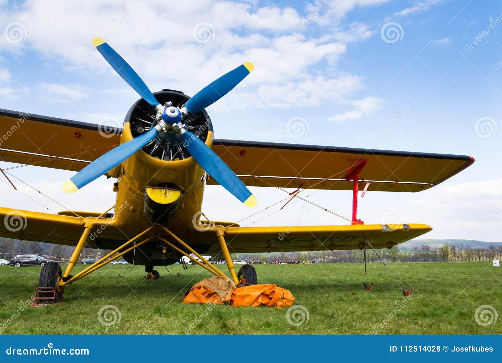 Gula Antonov An-2 står på flygfält