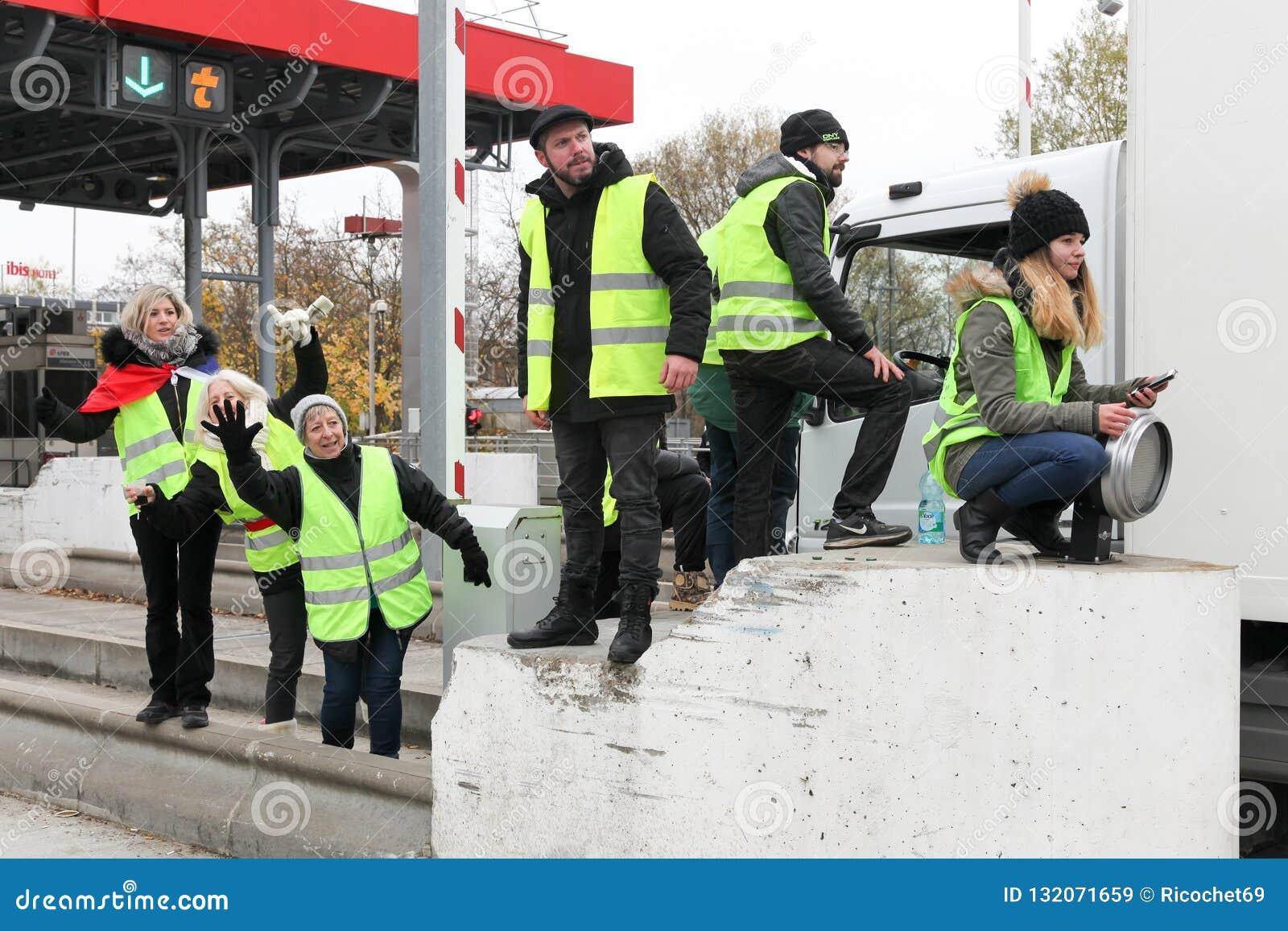 Gula västar protesterar mot högre motorway för bränslepriser och kvarteri Villefranche en-Beaujolais, Frankrike