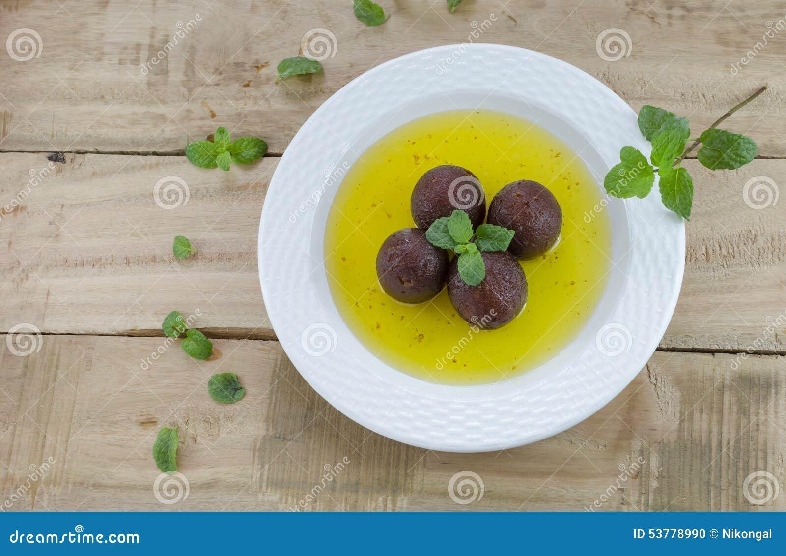 Gulab jamun z nowymi liśćmi