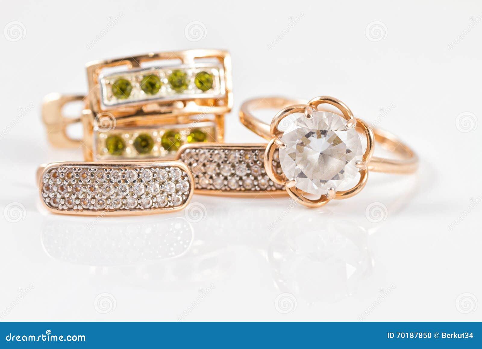 Guld- örhängen med smaragdar och intelligens för zirkon och för guld- cirkel