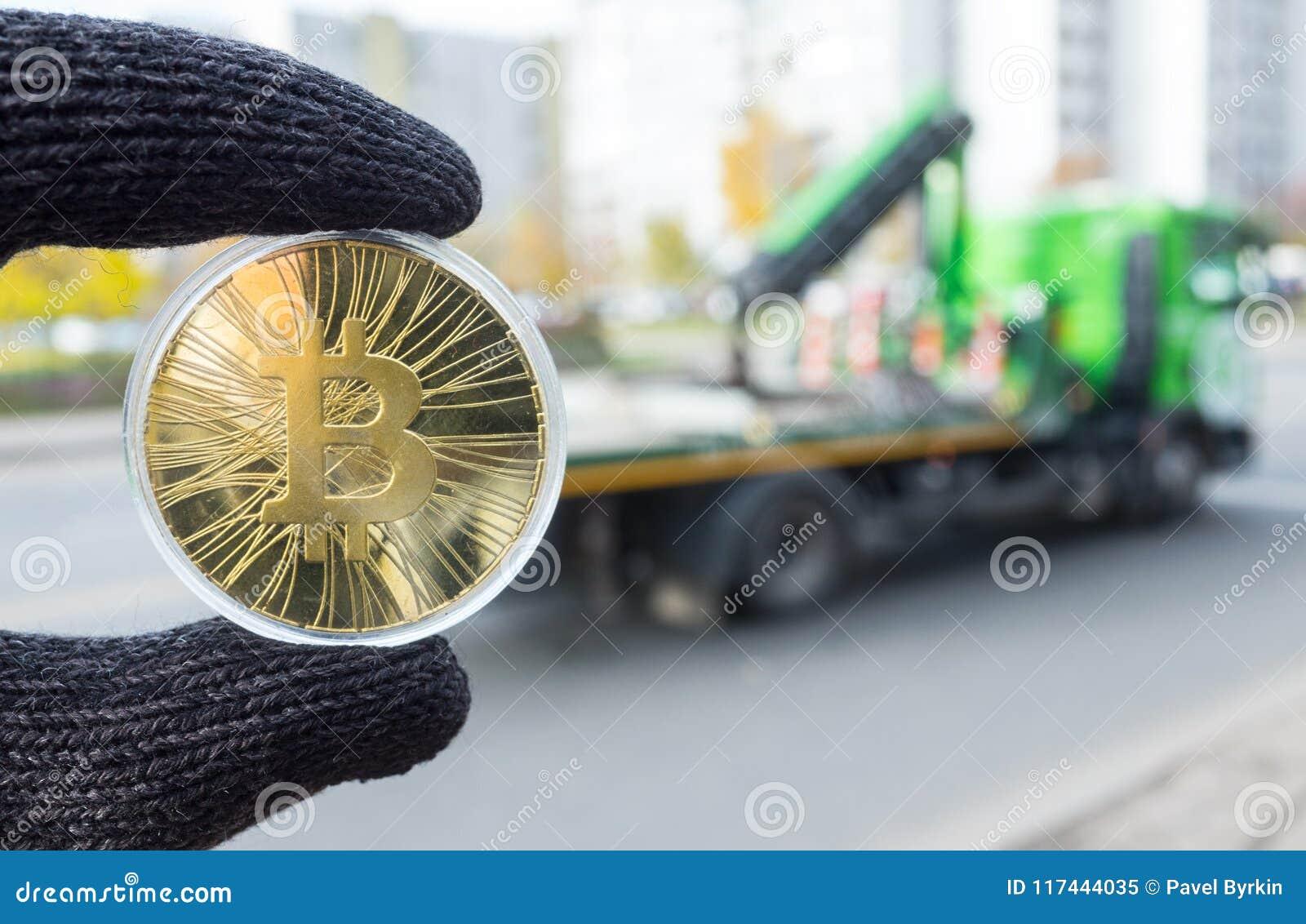 Guld- bitcoin på bakgrunden