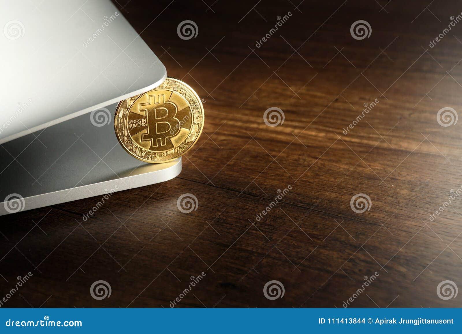 Guld- Bitcoins Cryptocurrency på bärbara datorn