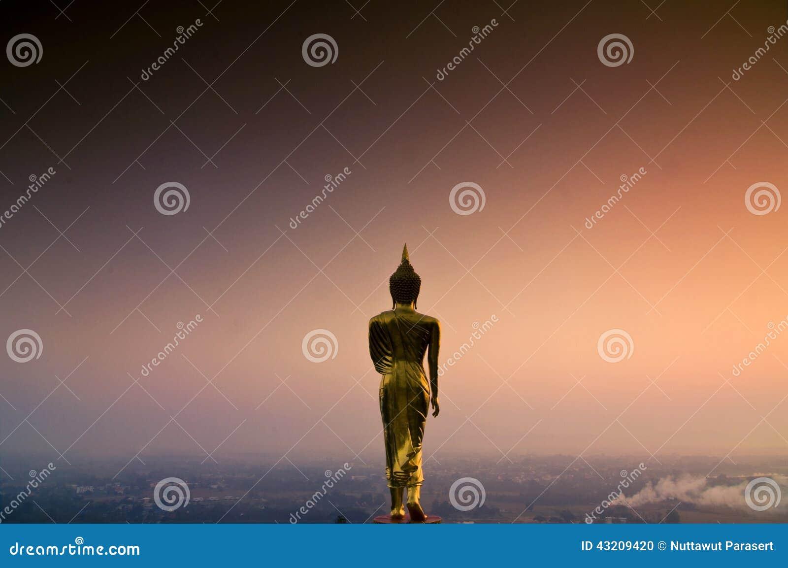 Download Guld- Buddha Skulptur På Berget Arkivfoto - Bild av lopp, färg: 43209420