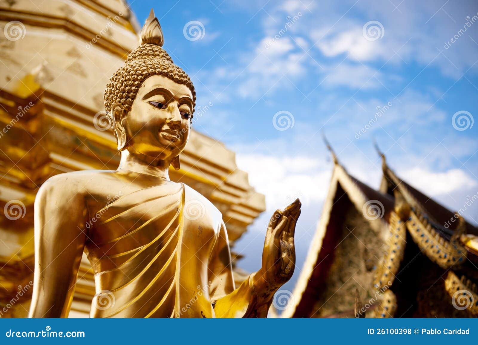 Guld- Buddha staty i det Thailand Buddha tempelet.