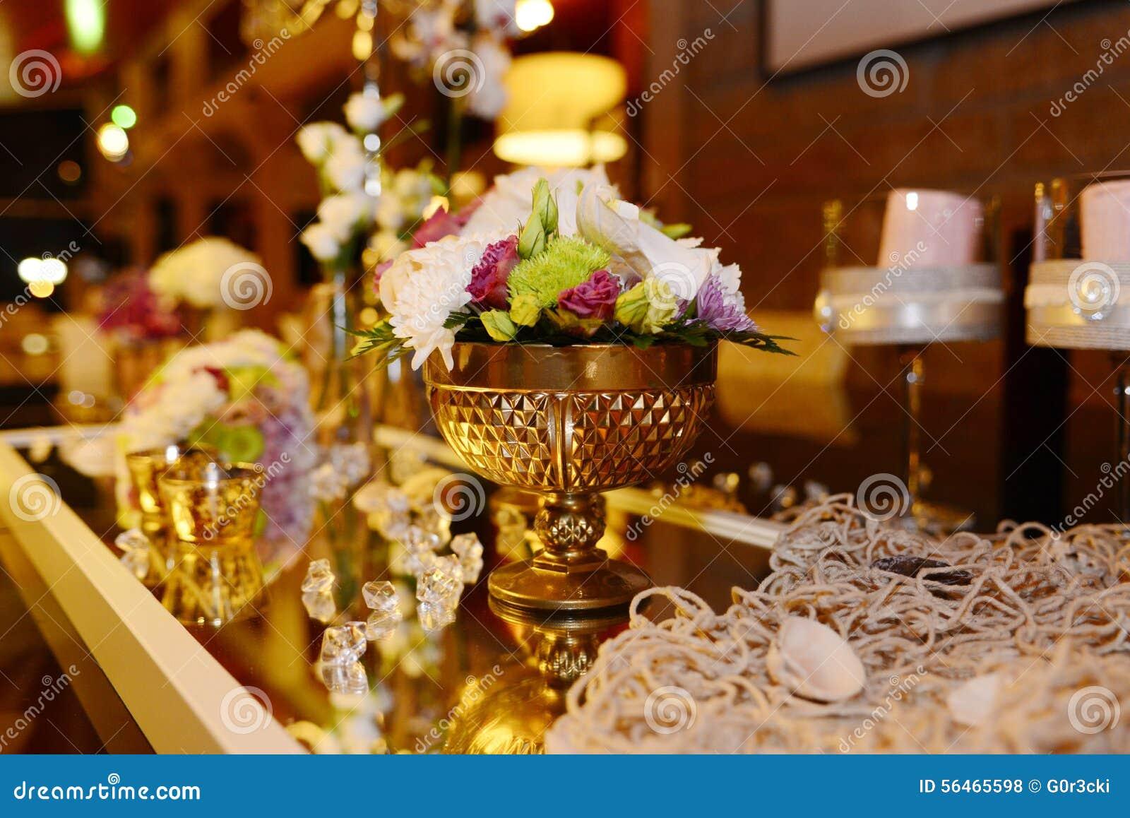 Guld- bunke med härliga blommor, romantisk garnering