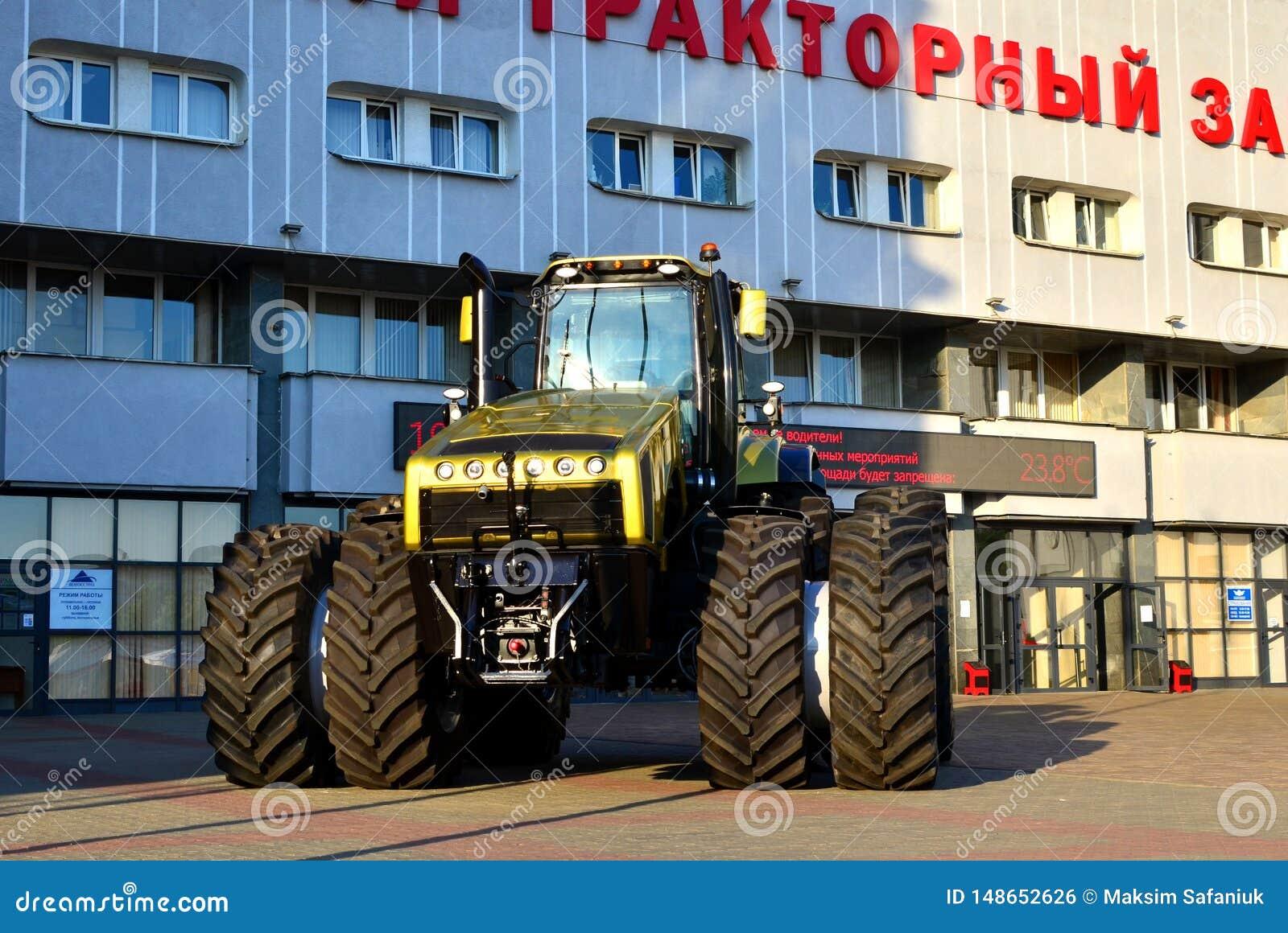 Guld- den kraftigaste traktoren 'Belarus-5022 '500 hästkrafter som göras av vitrysk MTZ