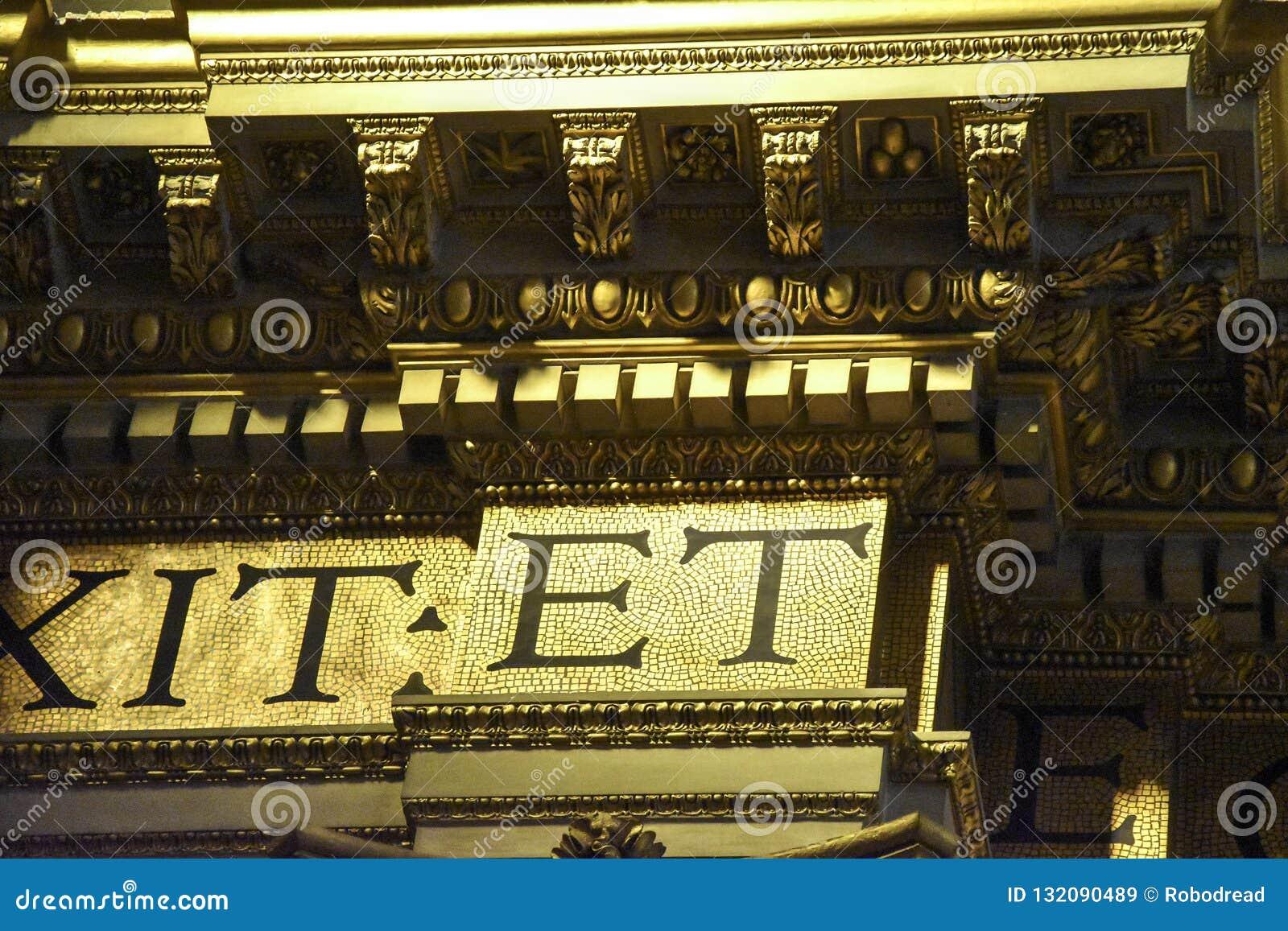 Guld- detalj av inre av basilikan av Sant 'Andrea della Valle, ett ställe av Katolik-romare dyrkan