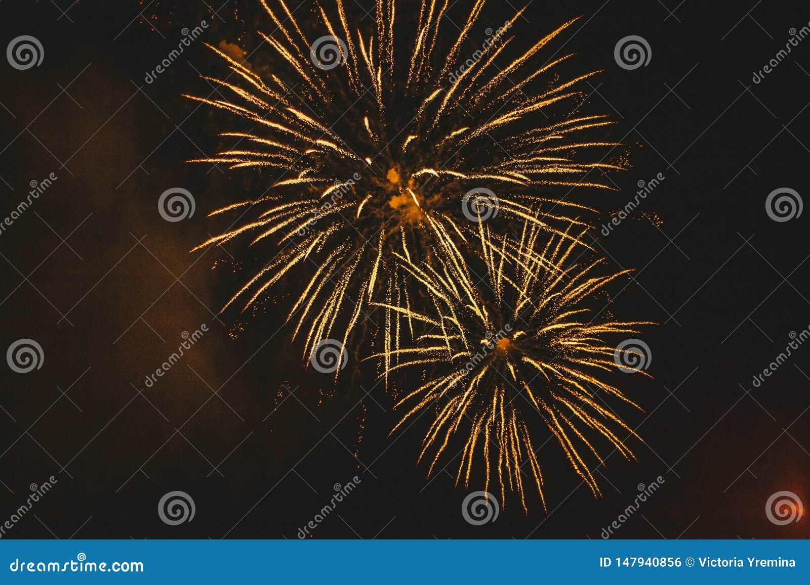 Guld- festliga fyrverkerier f?r n?rbild p? en svart bakgrund Abstrakt feriebakgrund