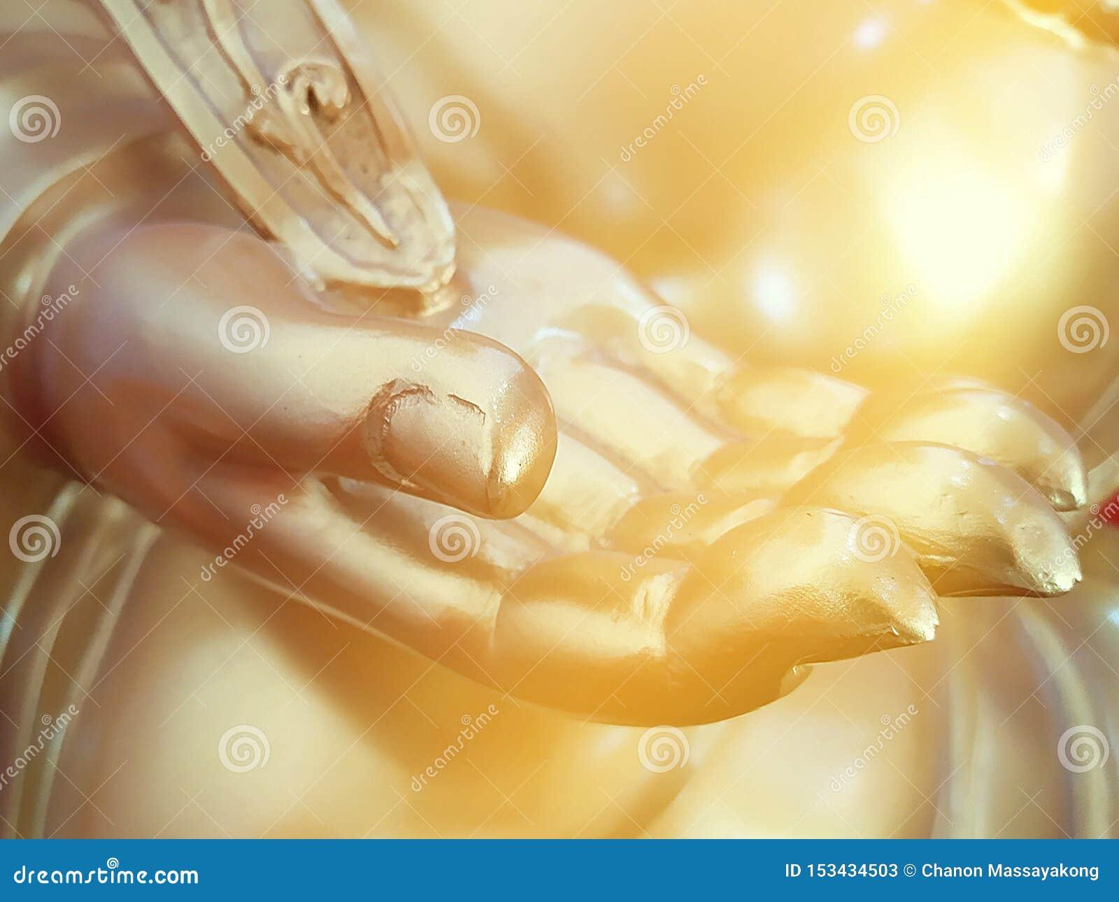 Guld- hand av den buddha statyn