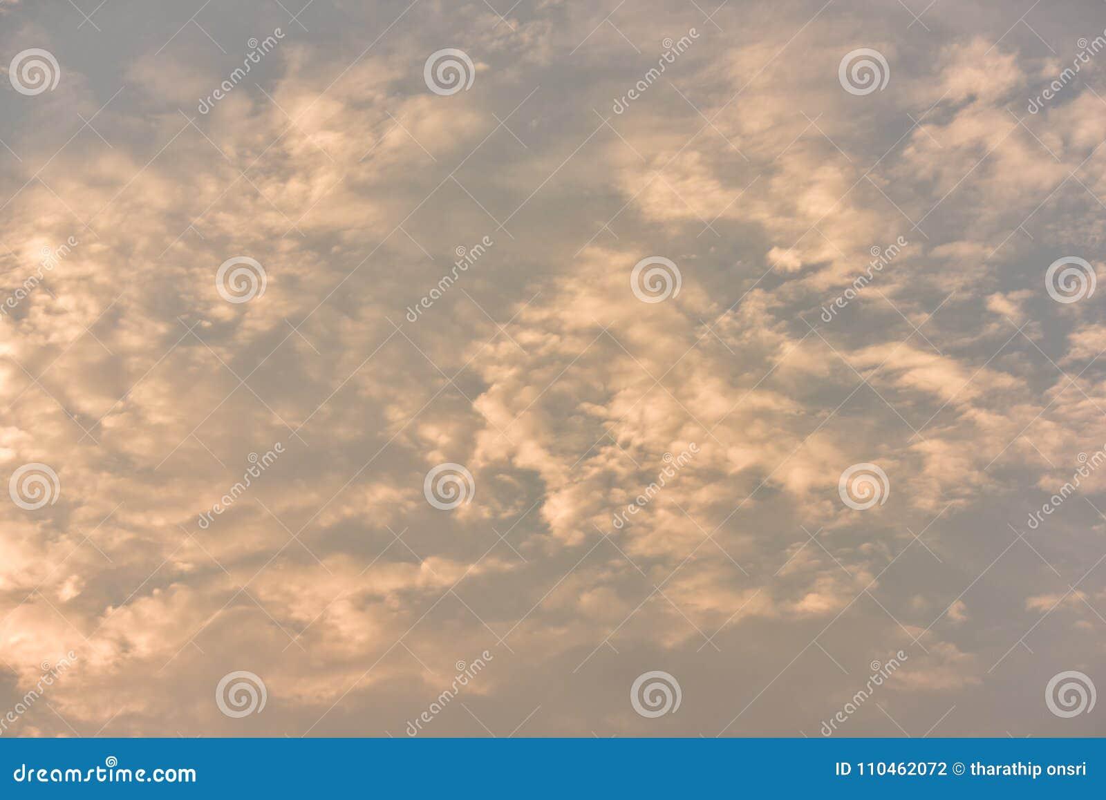 Guld- himmel för härlig solnedgång