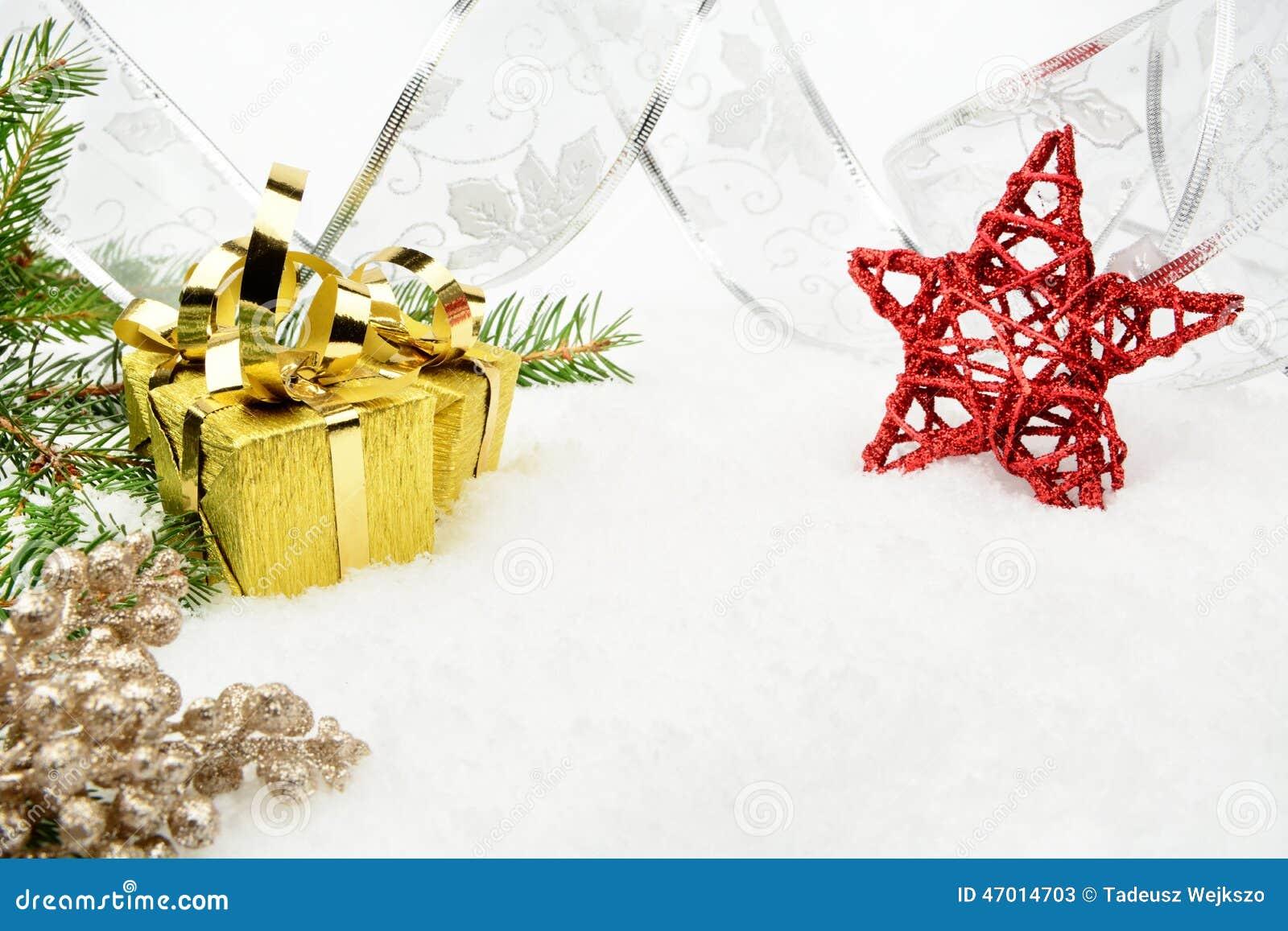 Guld- julgåvor med silverbandet och visargran med rött