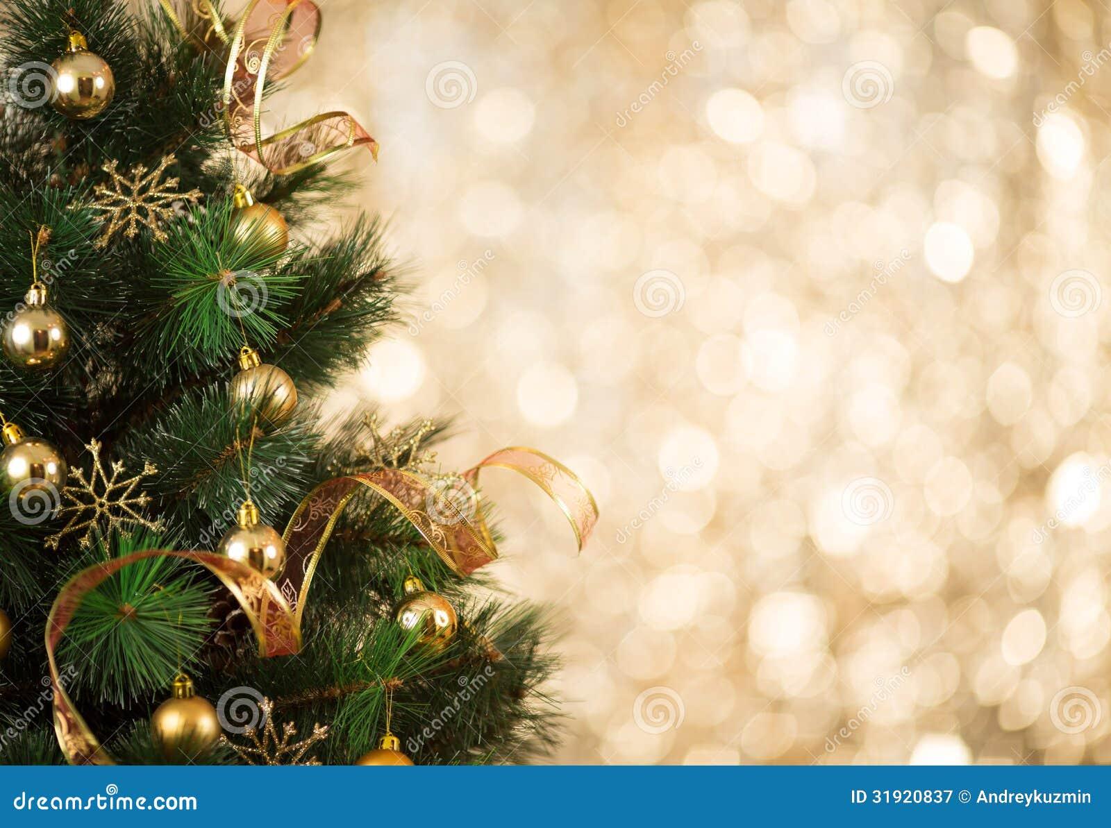 Guld- julgranbakgrund av defocused ljus