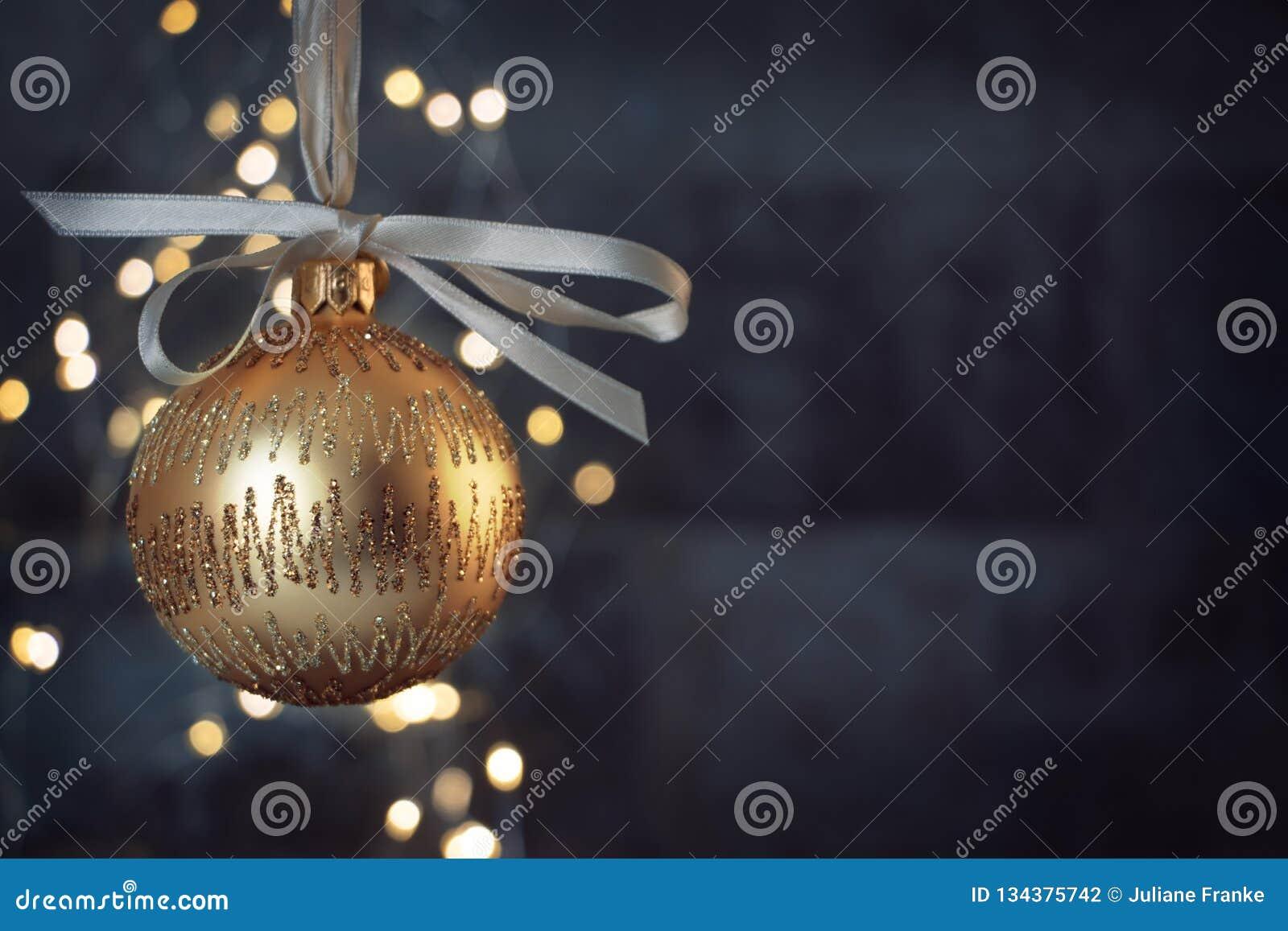 Guld- julstruntsak på skinande blå blackground