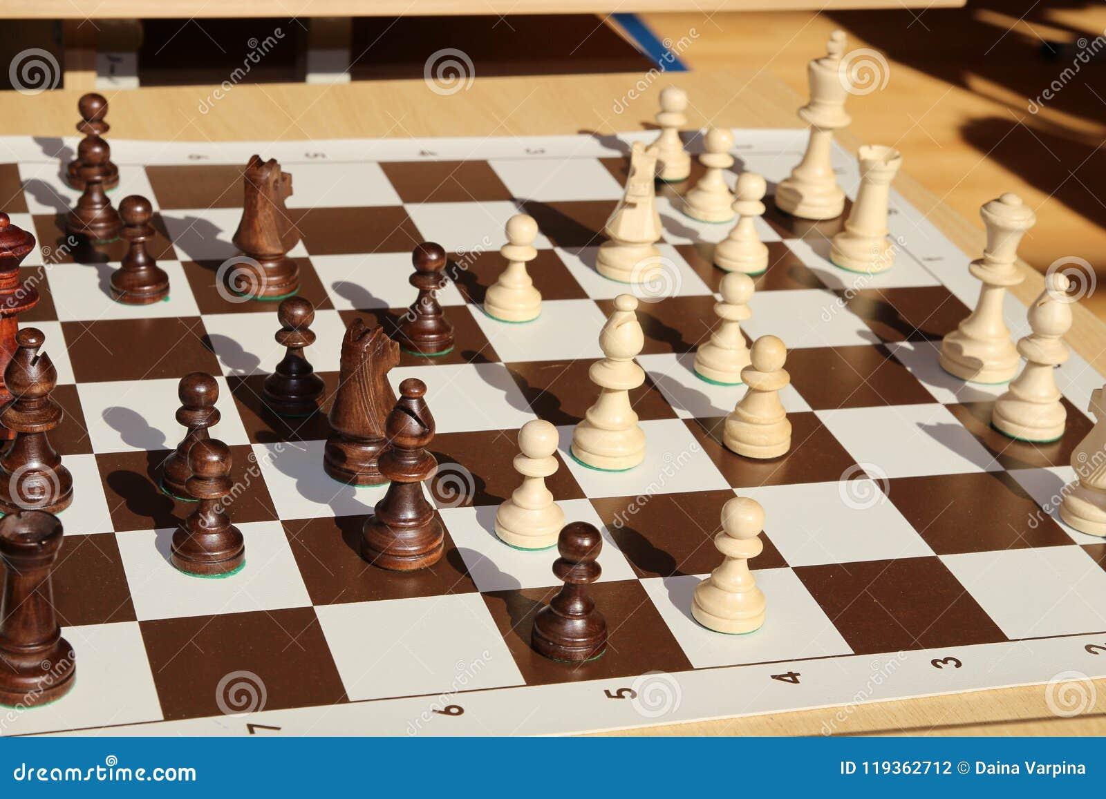 Guld- koppvinnare schack Guld- konung av schack För bakgrund eller rengöringsduk taktiskt boaen
