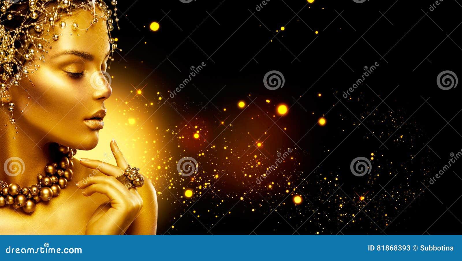 Guld- kvinna Flicka för skönhetmodemodell med guld- smink, hår och smycken på svart bakgrund