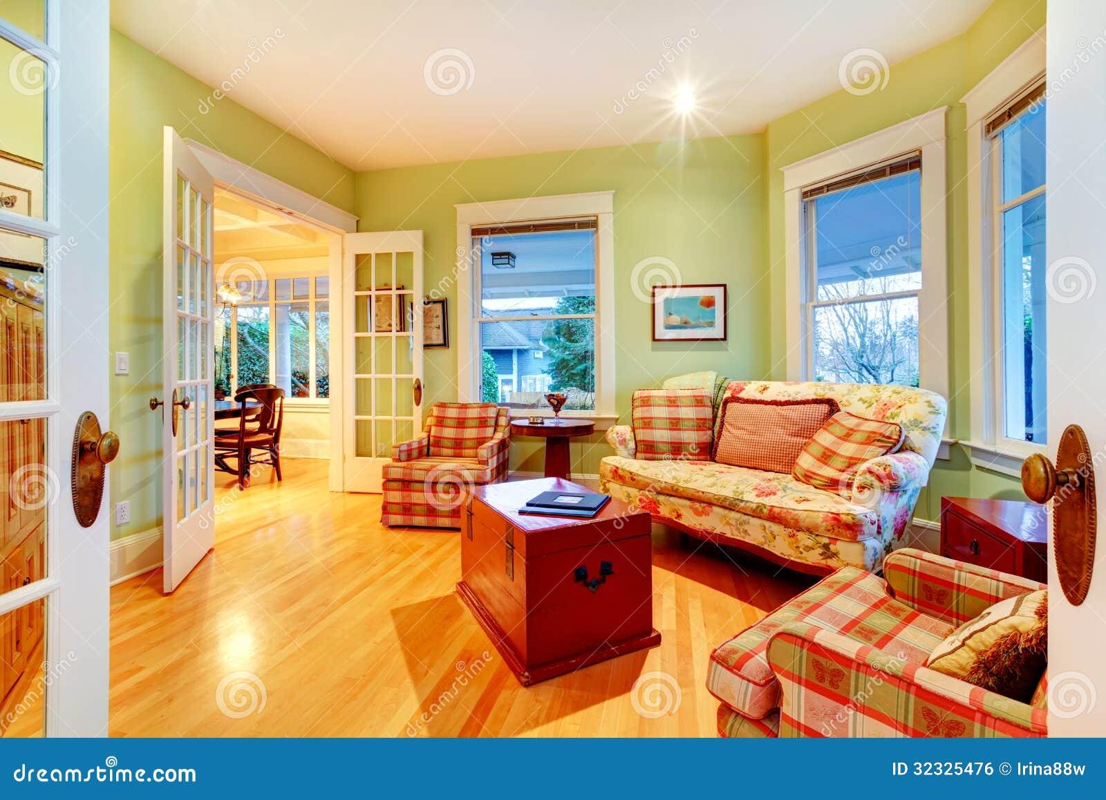 Guld  ljust   grön lyxig vardagsrum med röda soffor. royaltyfri ...