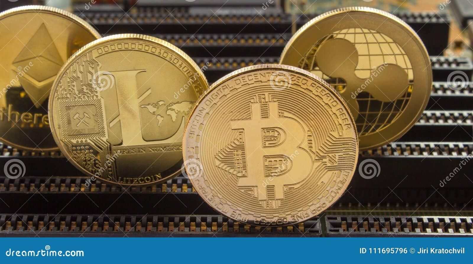 Guld- mynt för Crypto valuta på ett moderkort