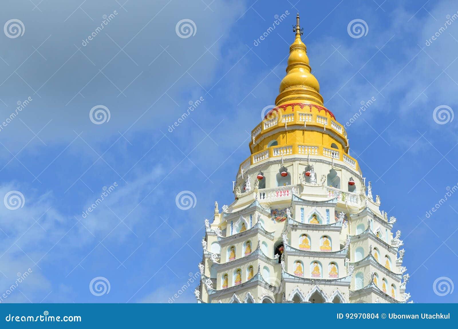 Guld- och vit pagod på Kek Lok Si, kinesisk buddistisk tempel a
