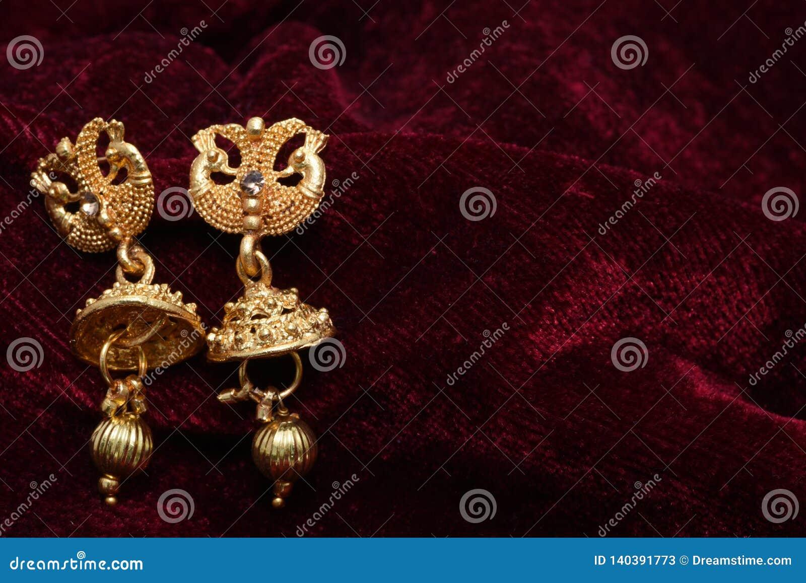 Guld- pläterade smycken - utsmyckat märkes- guld- par av bilden för örhängecloseupmakro