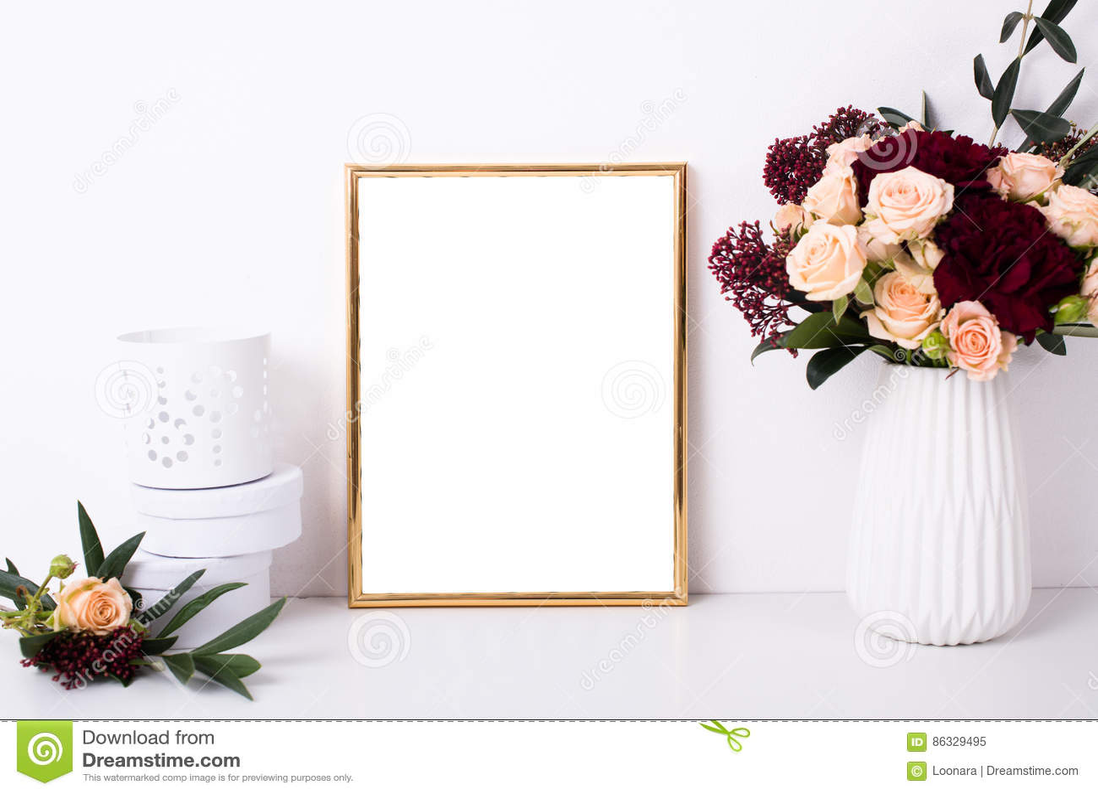 Guld- rammodell på den vita väggen