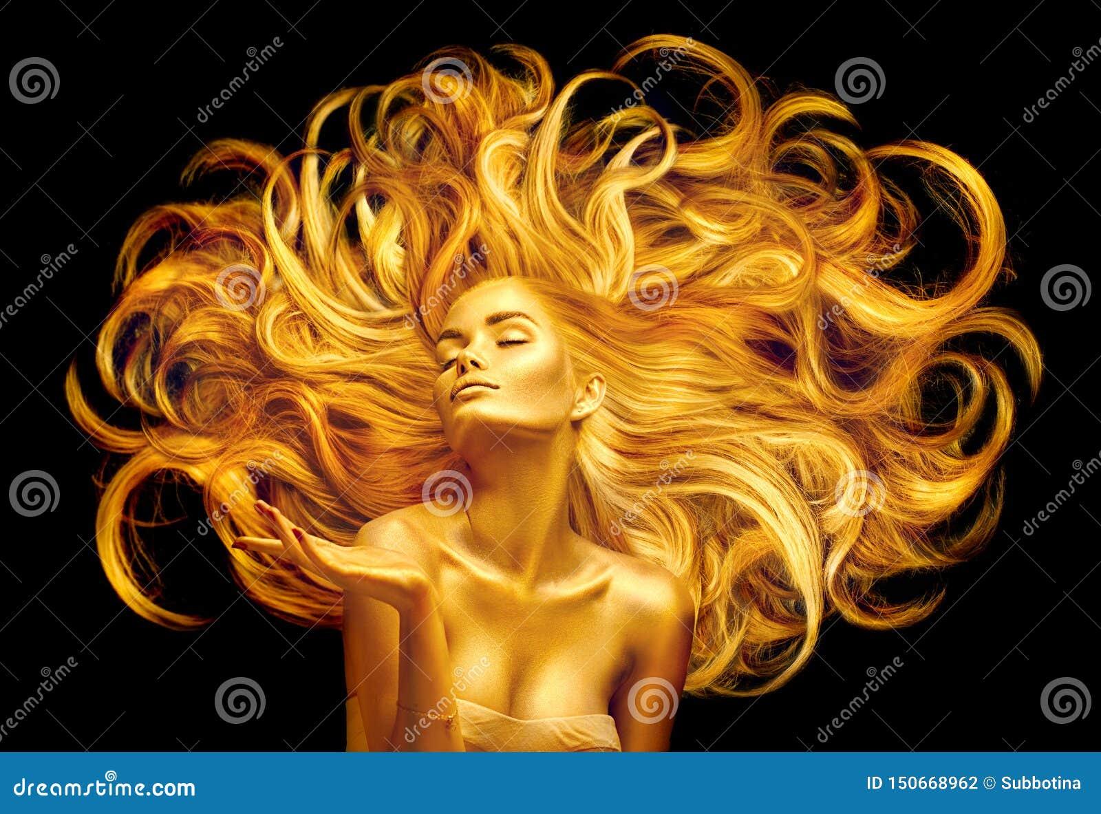 Guld- skönhetkvinna Sexig modellflicka med guld- makeup och långt hår som pekar handen över svart Metallisk guld- glödande hud