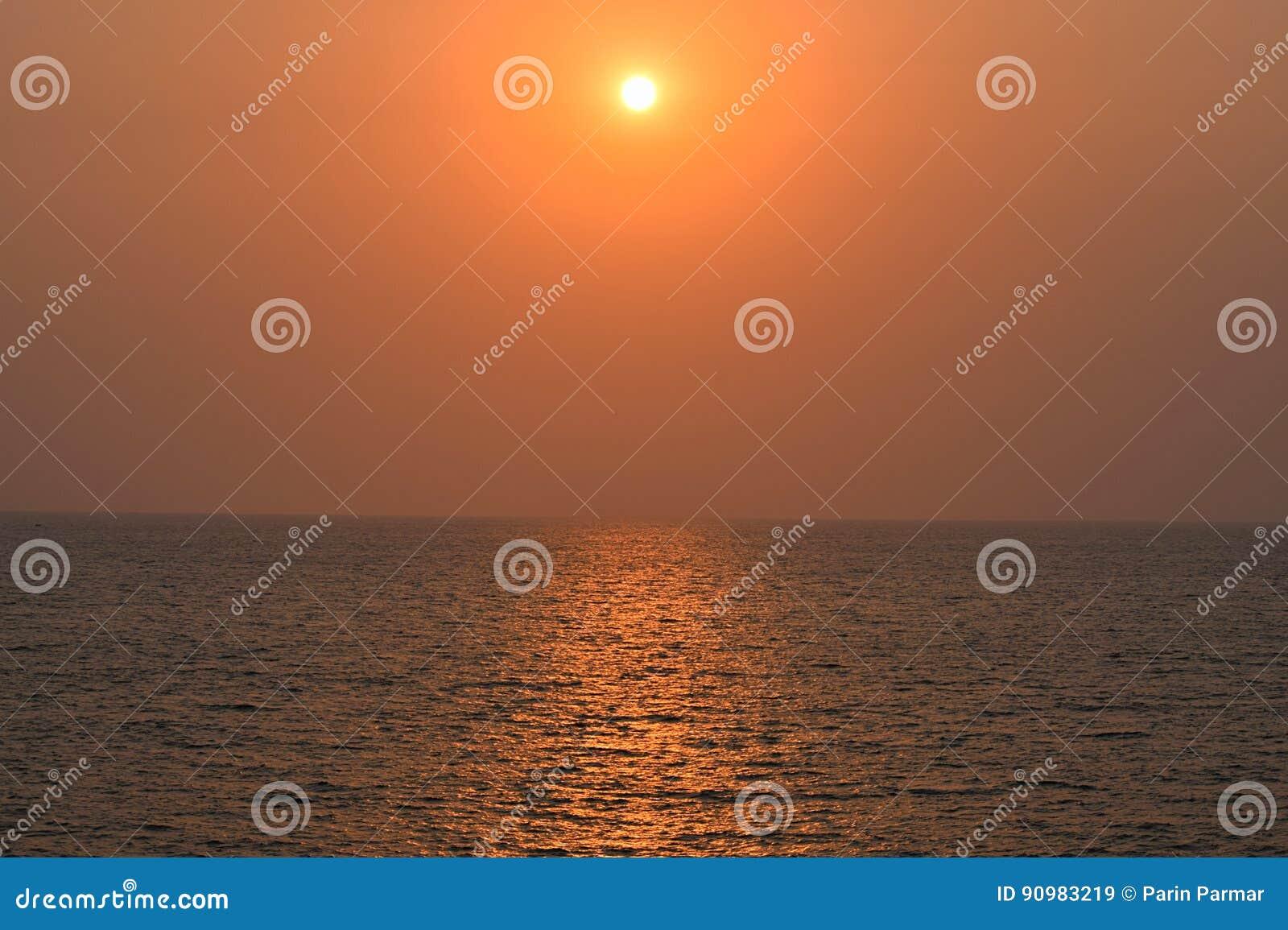 Guld- solnedgång över det oändliga havet