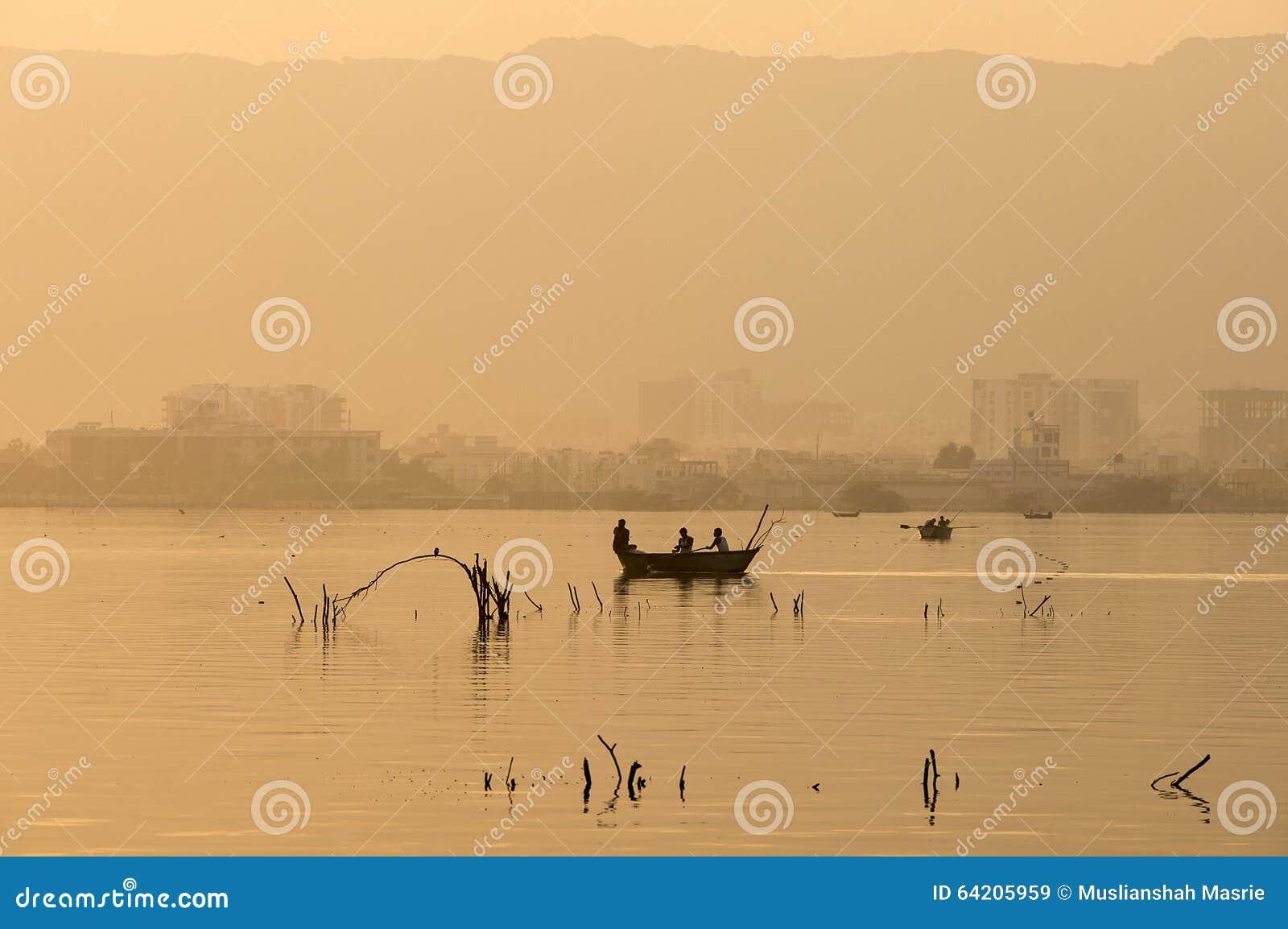 Guld- solnedgång på Ana Sagar sjön i Ajmer, Indien