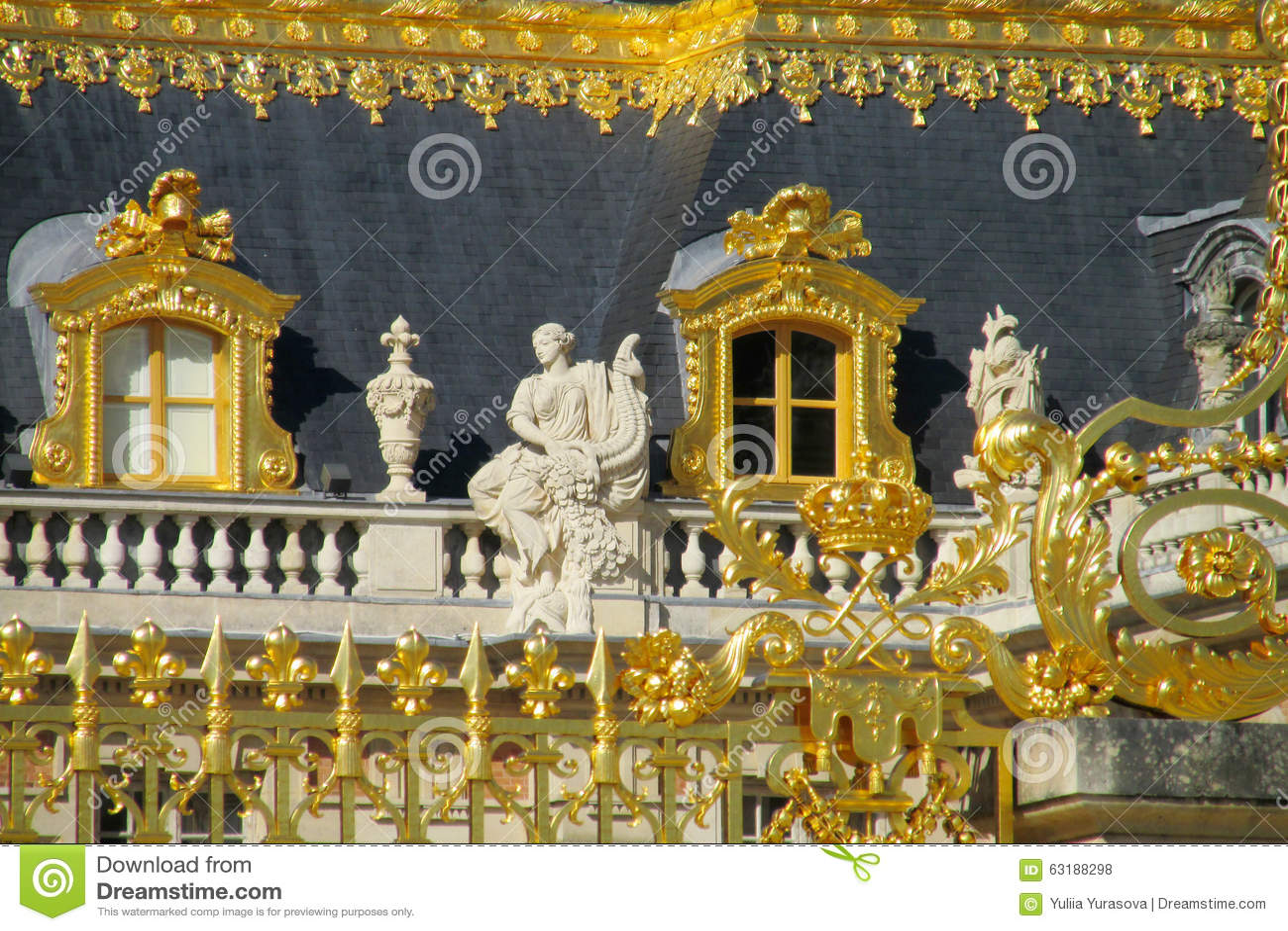 Guld- staket och statyer på taket av den Versailles slotten