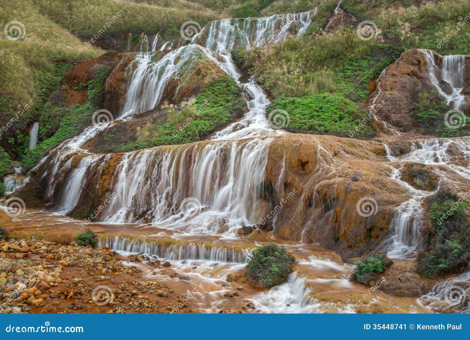 Guld- vattenfall på ett berg
