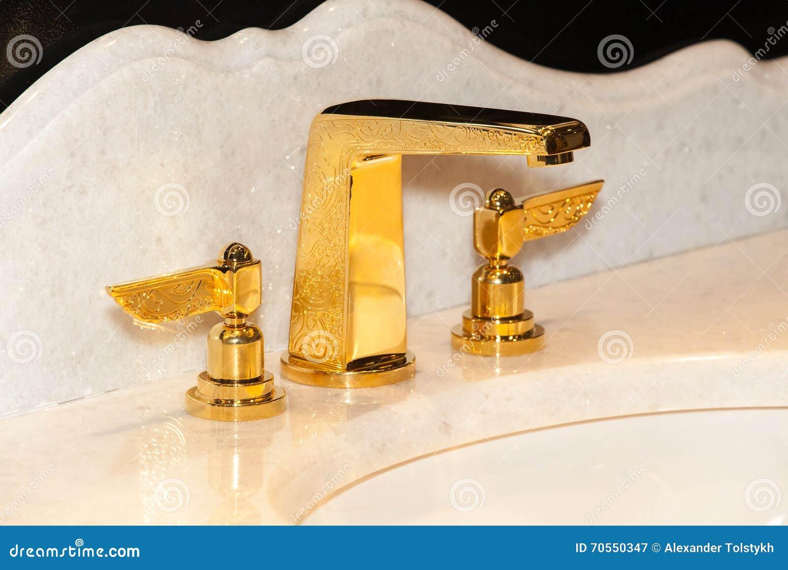 Guld  vattenkran i badrum arkivfoto   bild: 70550347
