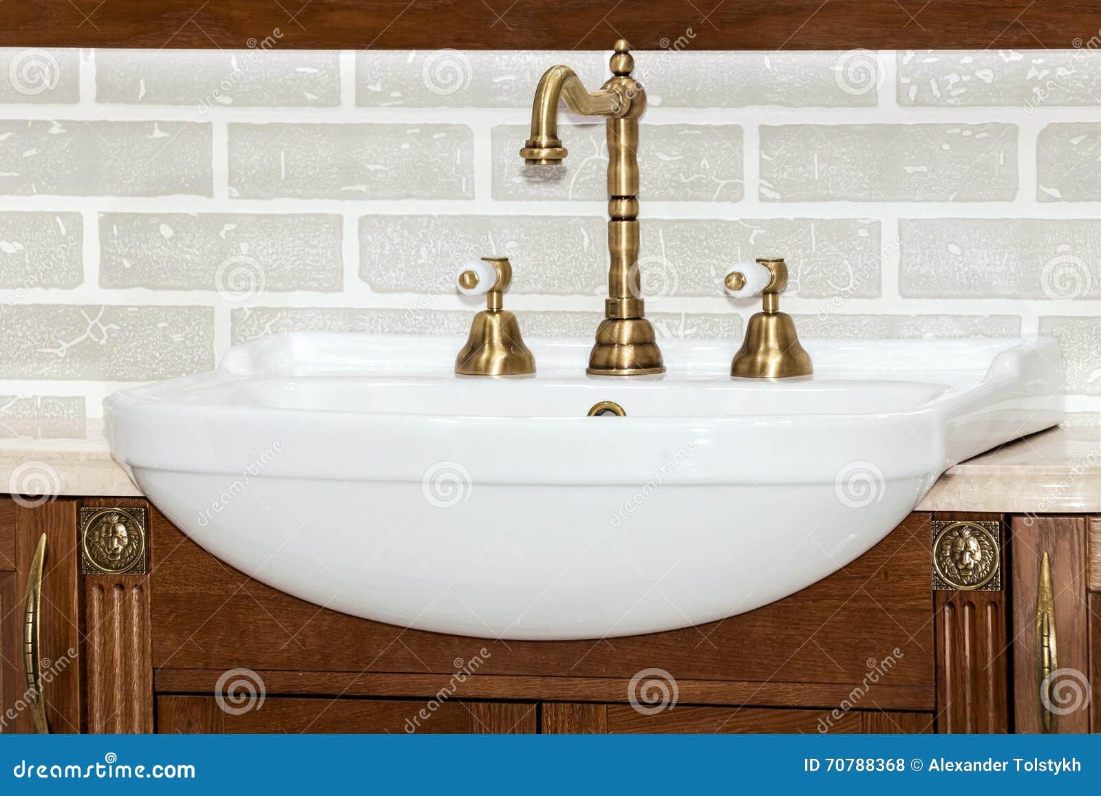 Guld  badrum arkivfoto   bild: 28714670