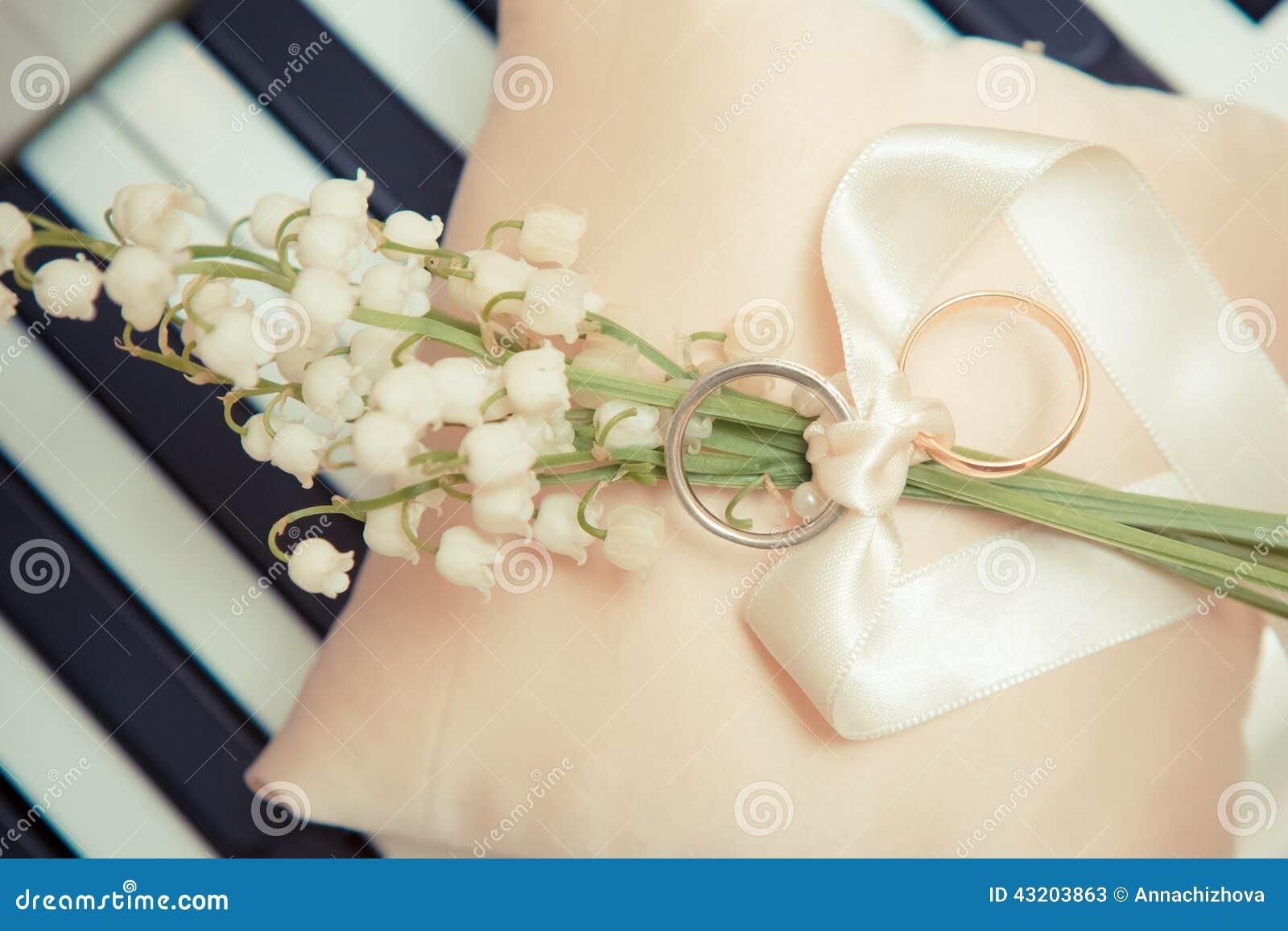 Download Guldcirklar Som Gifta Sig White Fotografering för Bildbyråer - Bild av hattasken, händer: 43203863