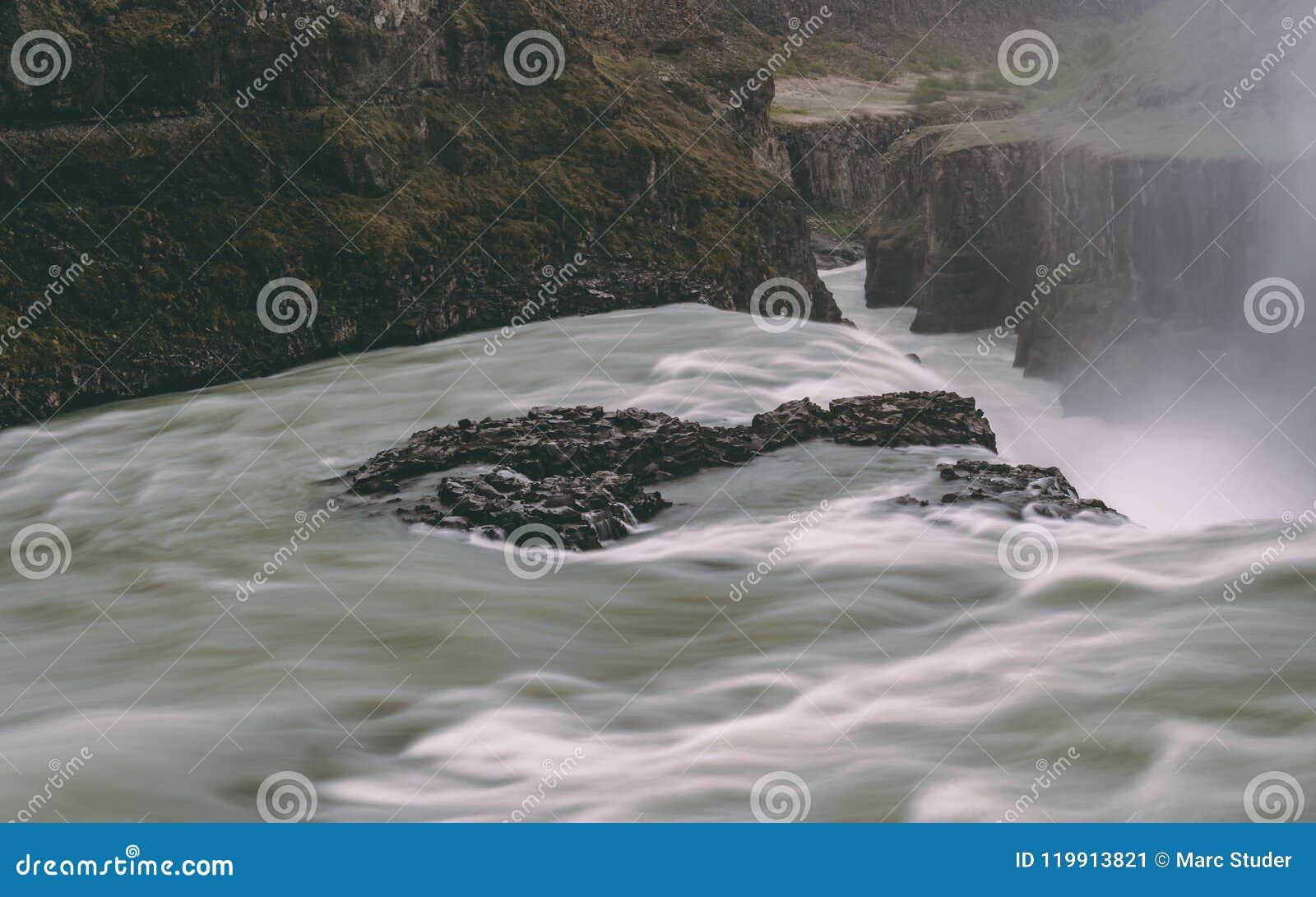 Gulfoss瀑布在有光滑的水很长时间曝光的冰岛