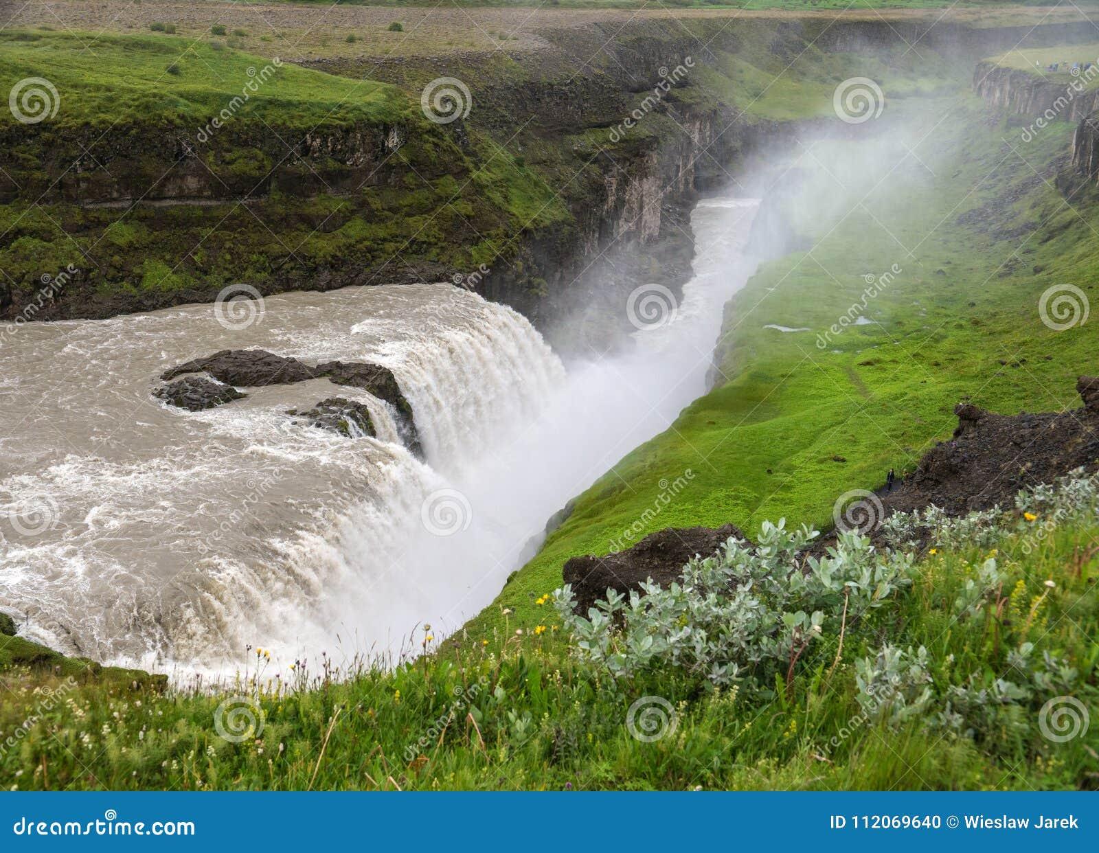 Gullfoss, najwięcej spektakularnego waterall, dwa kaskady na Hvita Rzecznym bębnowaniu w głębokiego wąwóz