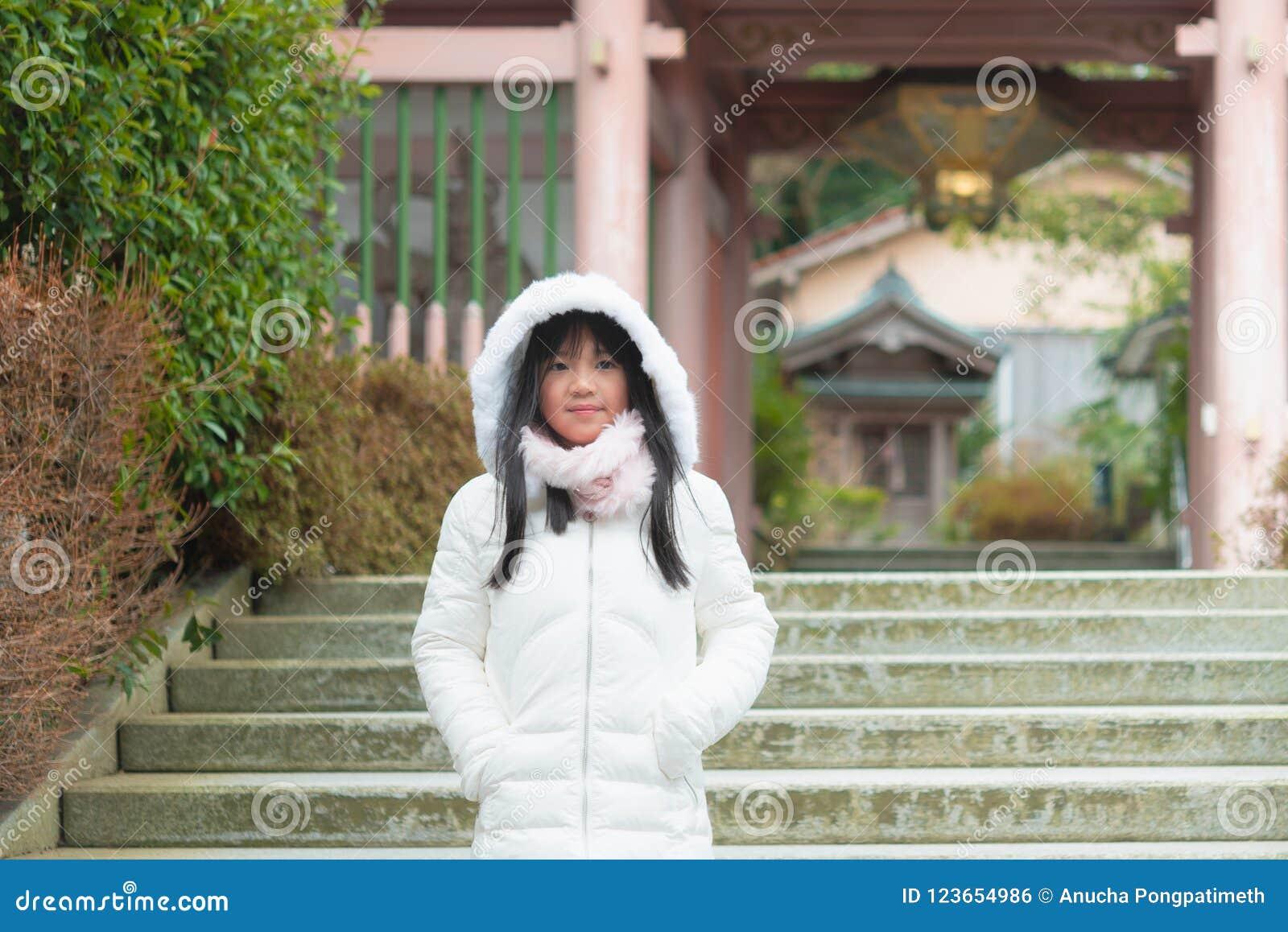 Gullig asiatisk flicka i stad