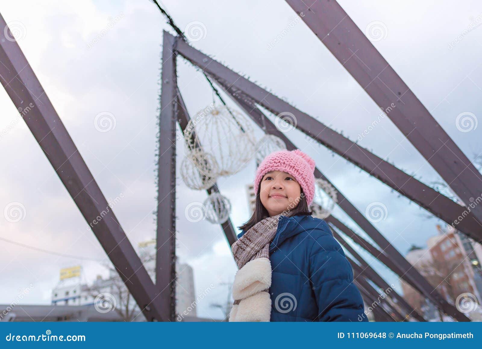 Gullig asiatisk flicka i vinter