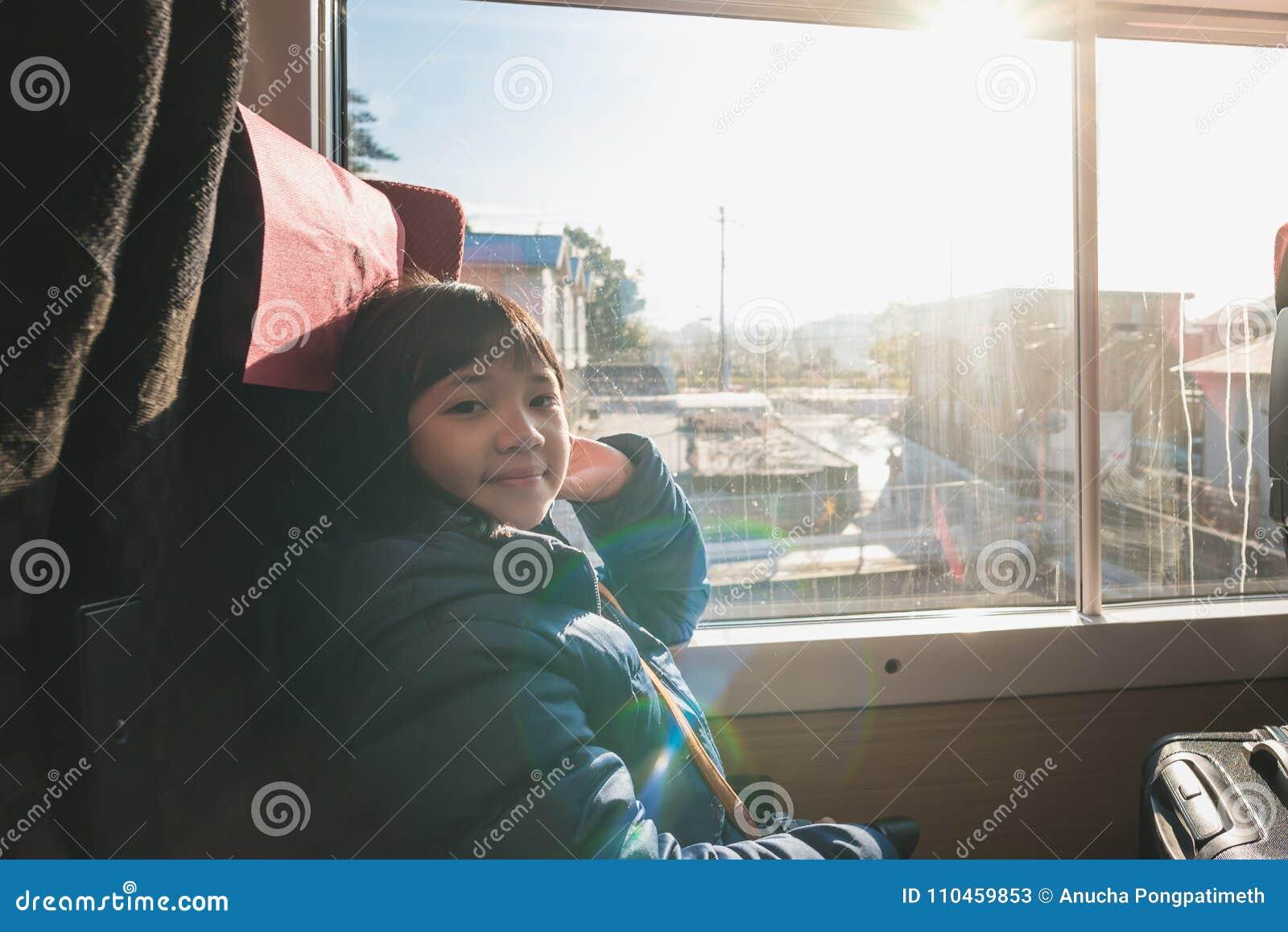 Gullig asiatisk flicka på drevet