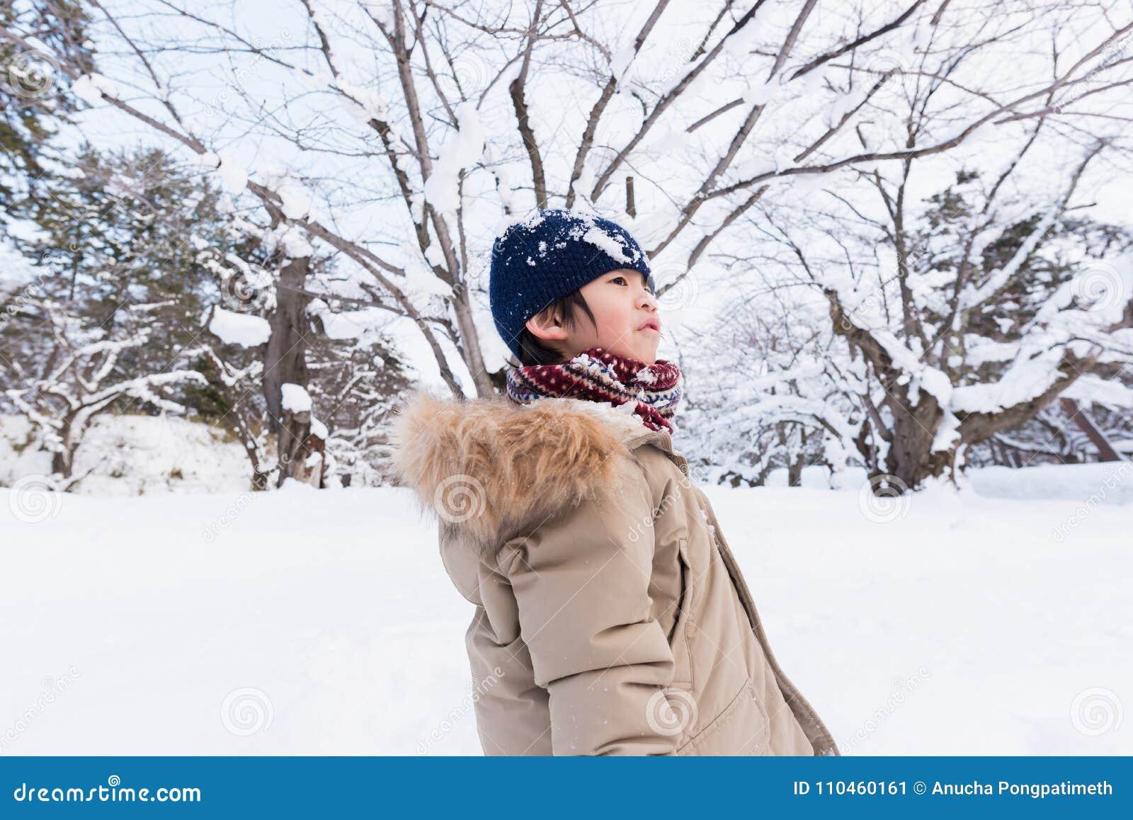 Gullig asiatisk pojke i vinter