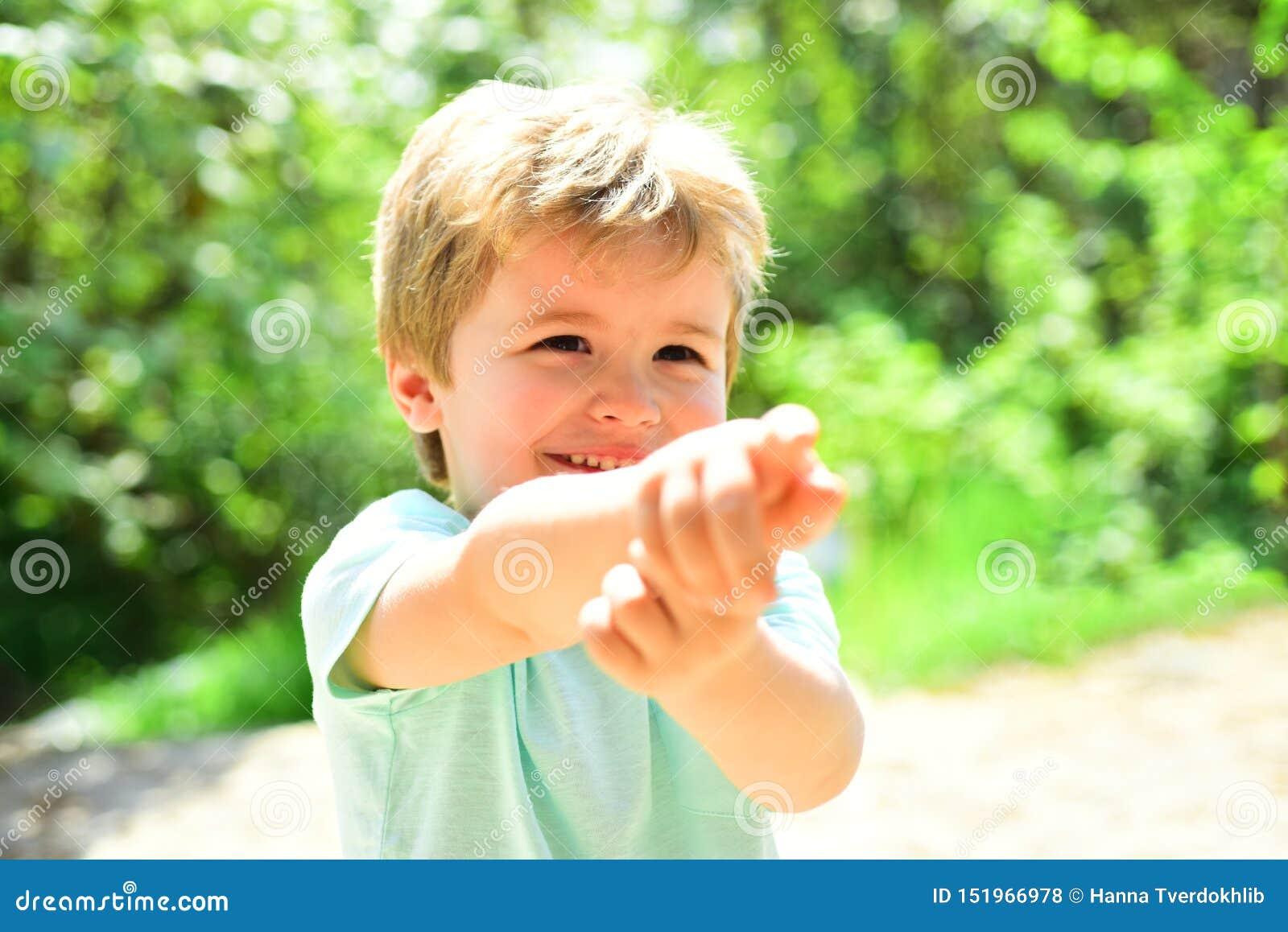 Gullig barnpunkt på någonstans med hjälpen av hans finger Lyckligt barn utanför Scincere gladlynta sinnesrörelser från unge