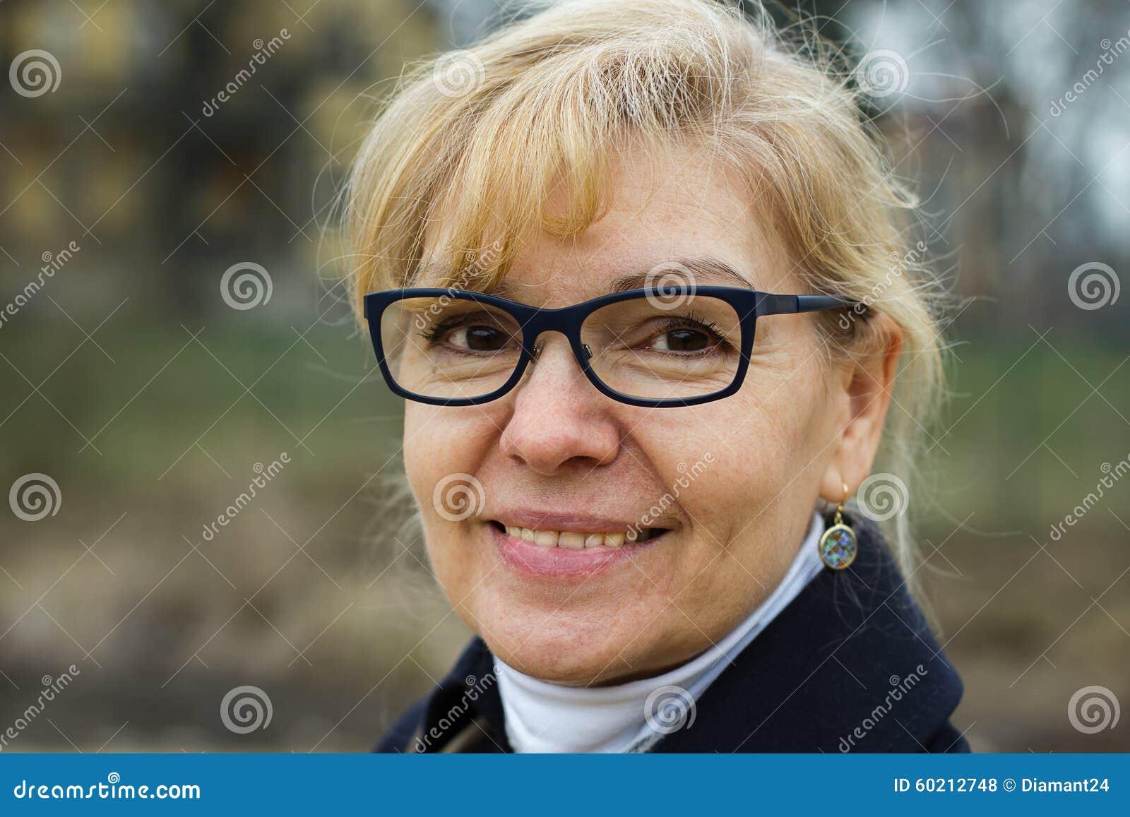 Gullig blond höststående för vuxen kvinna