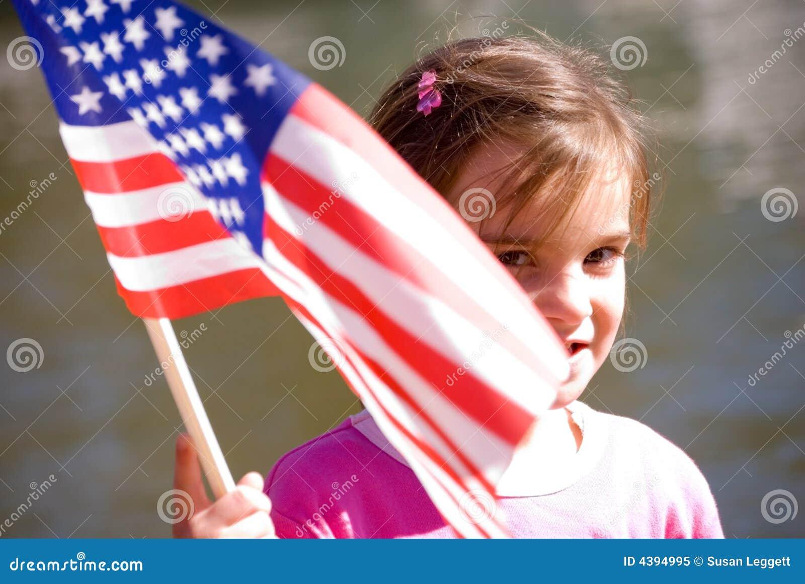 Gullig flaggaflickavåg